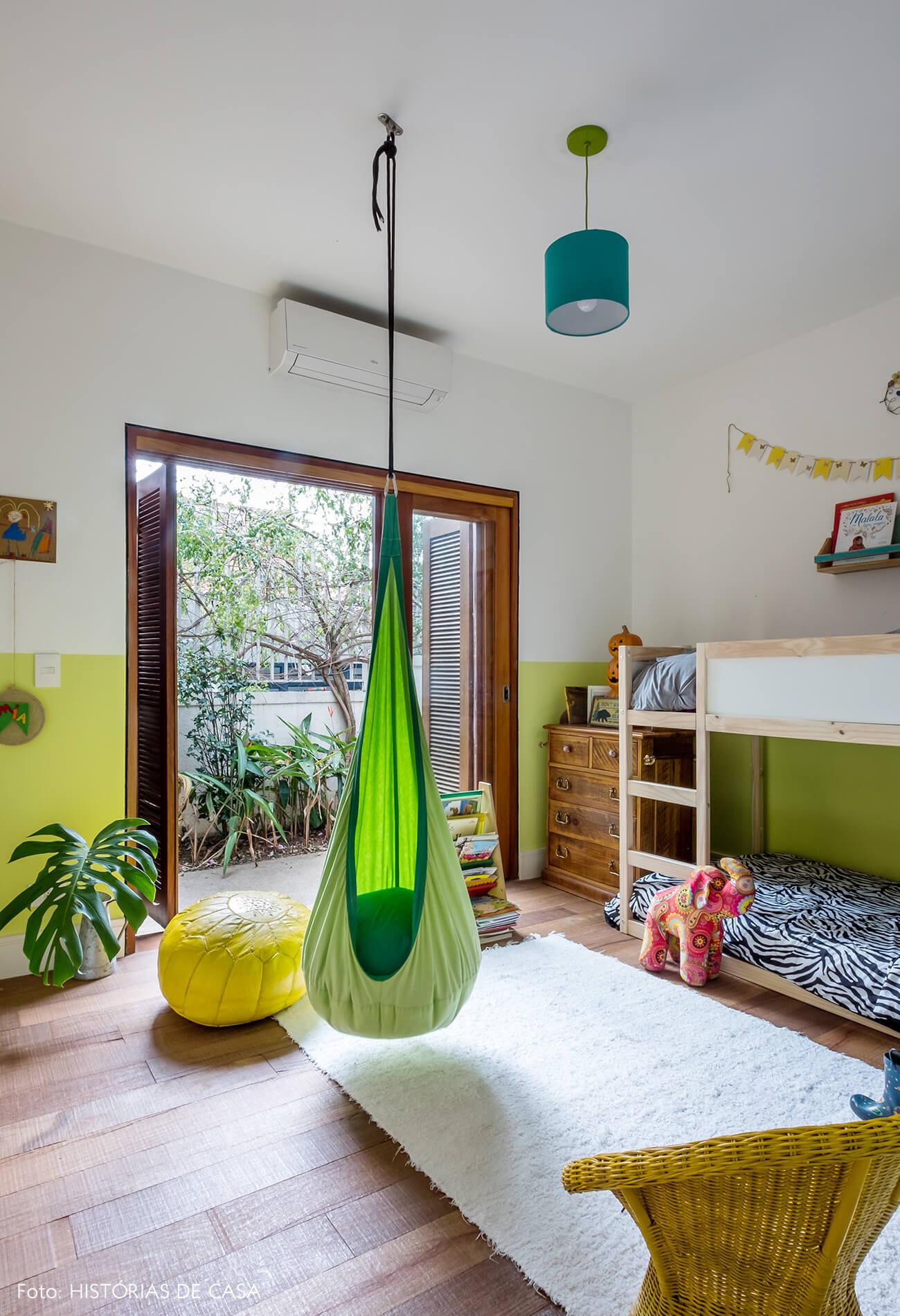 Quarto de criança com parede pintada de verde neon
