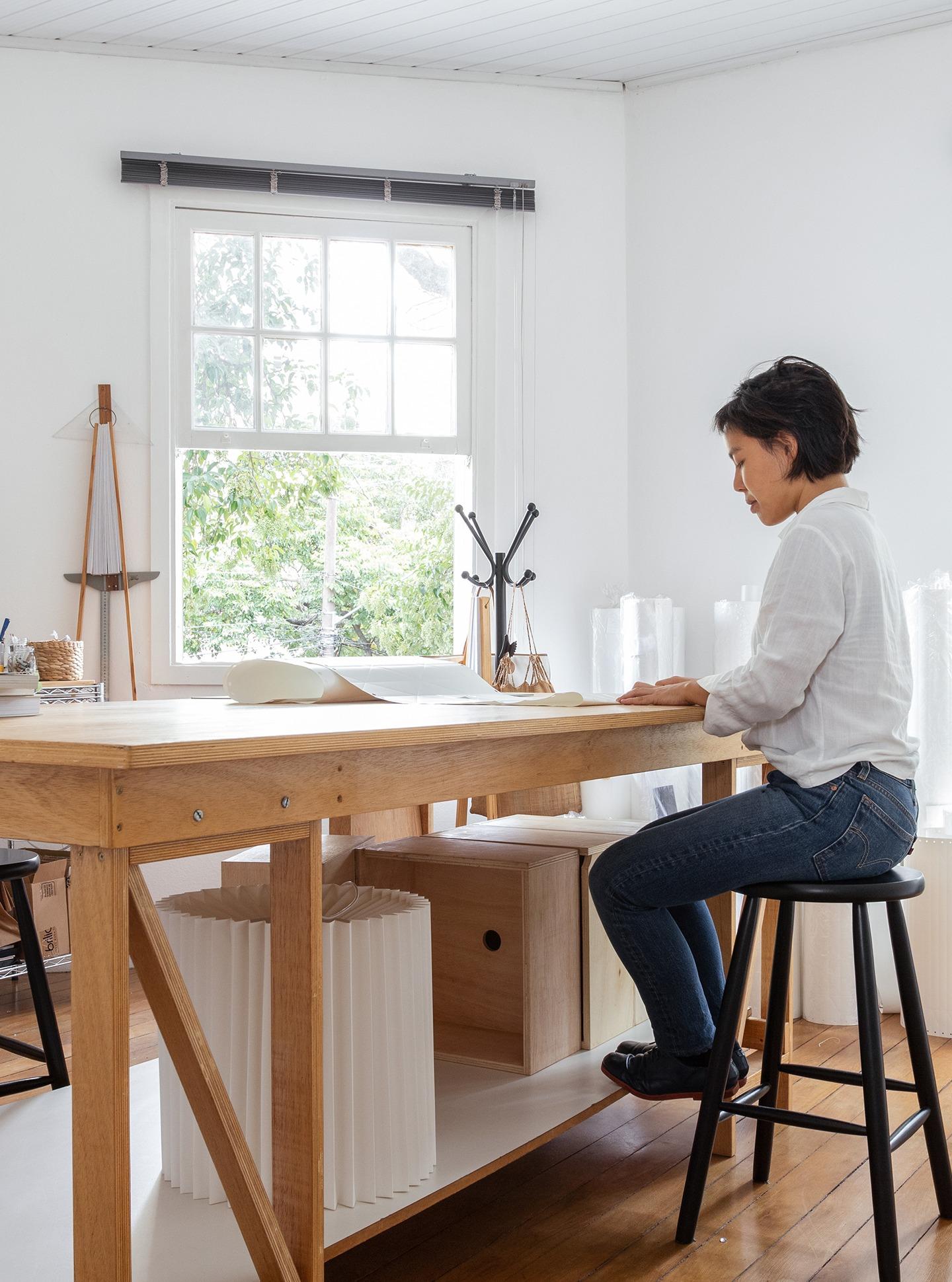 Ateliê da designer de luminárias Mel Kawahara, dobraduras de papel