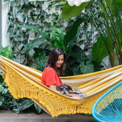 Casa com jardim e rede colorida