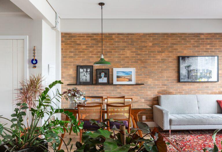 Apartamento pequeno com parede de tijolinho na sala