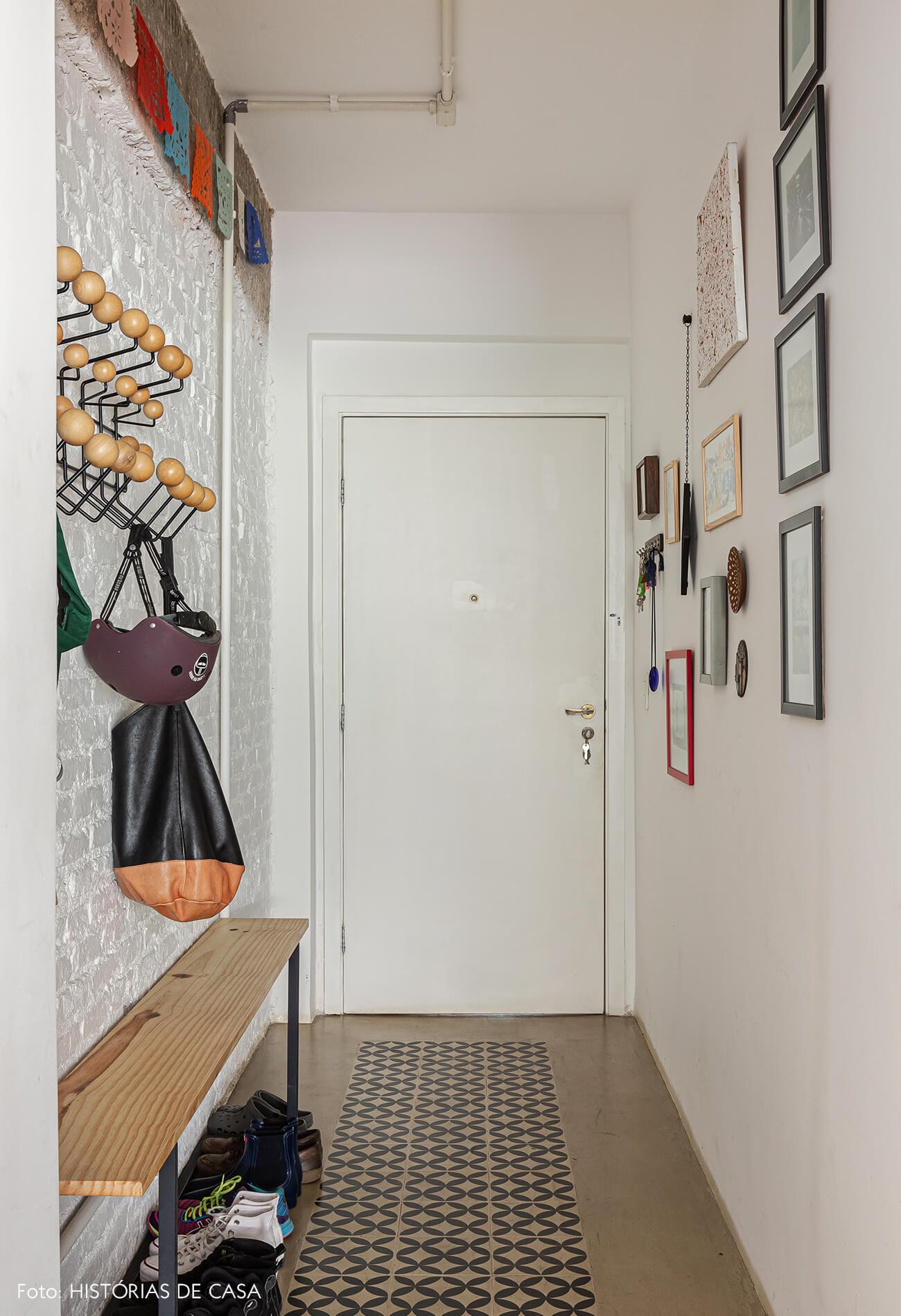 Apartamento térreo, hall de entrada com piso de ladrilhos