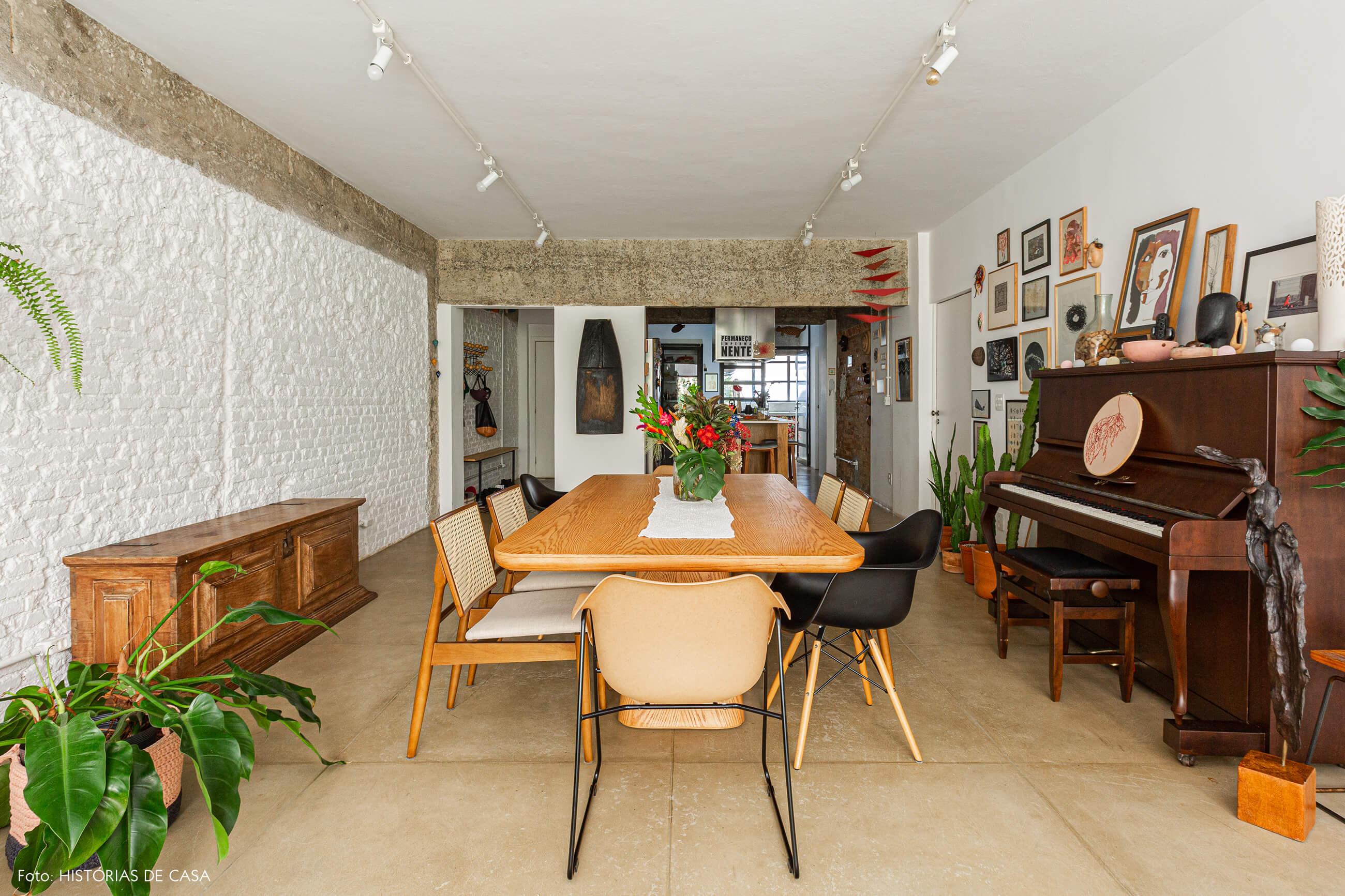 Apartamento térreo, sala de jantar integrada com paredes de tijolinho branco