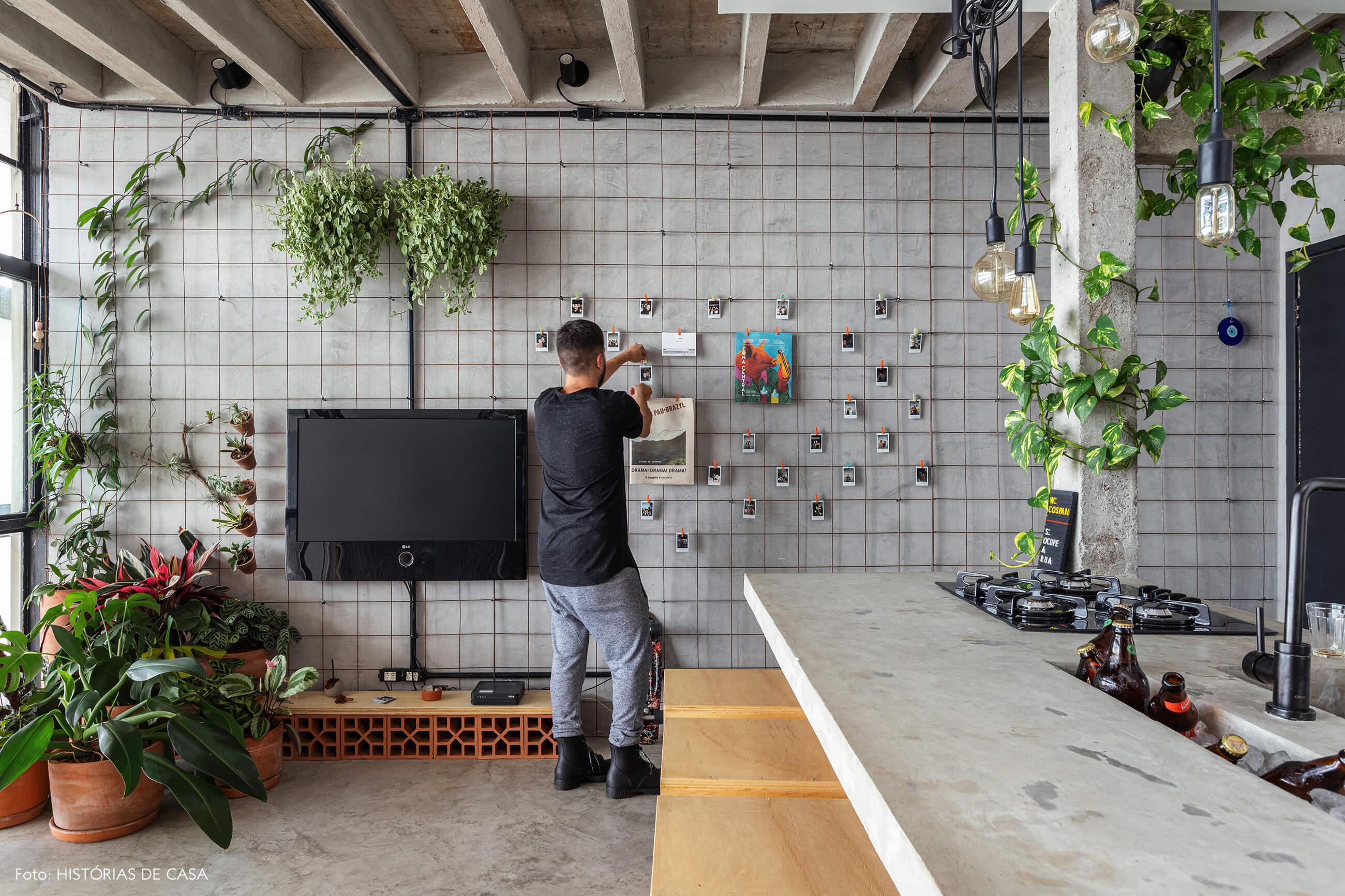 Apartamento pequeno no Copan, parede com tela metálica para fotos e plantas