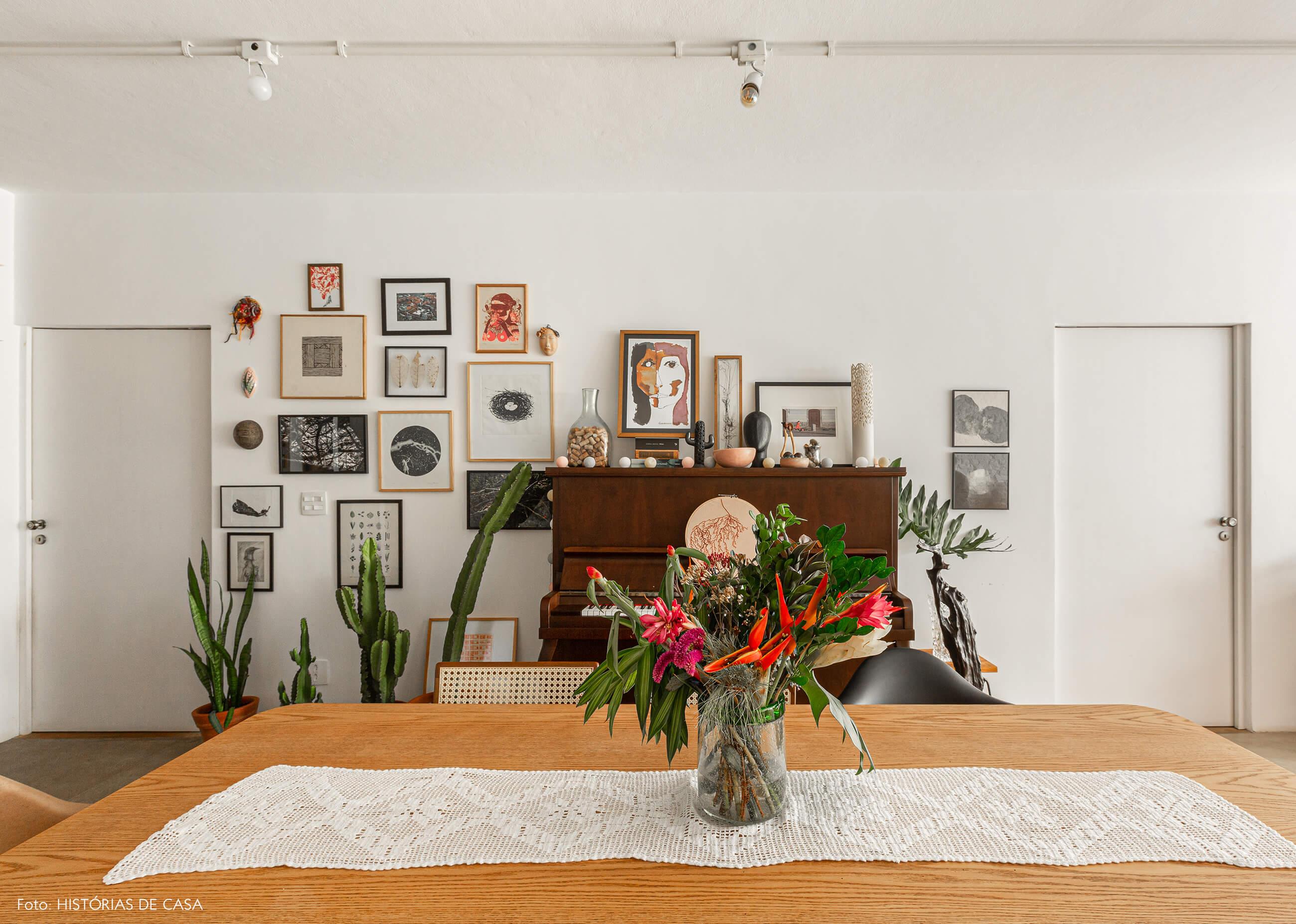 Apartamento térreo, sala de jantar com piano e muitos quadros