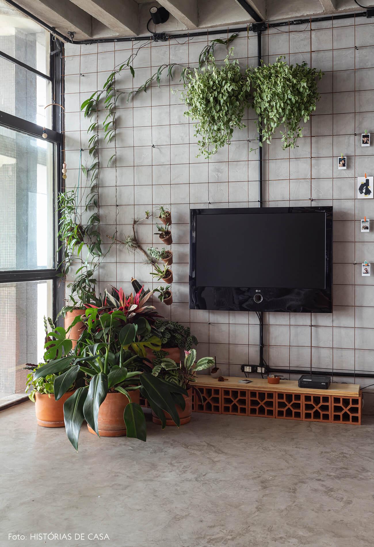 Apartamento pequeno no Copan, plantas e prateleira com cobogós
