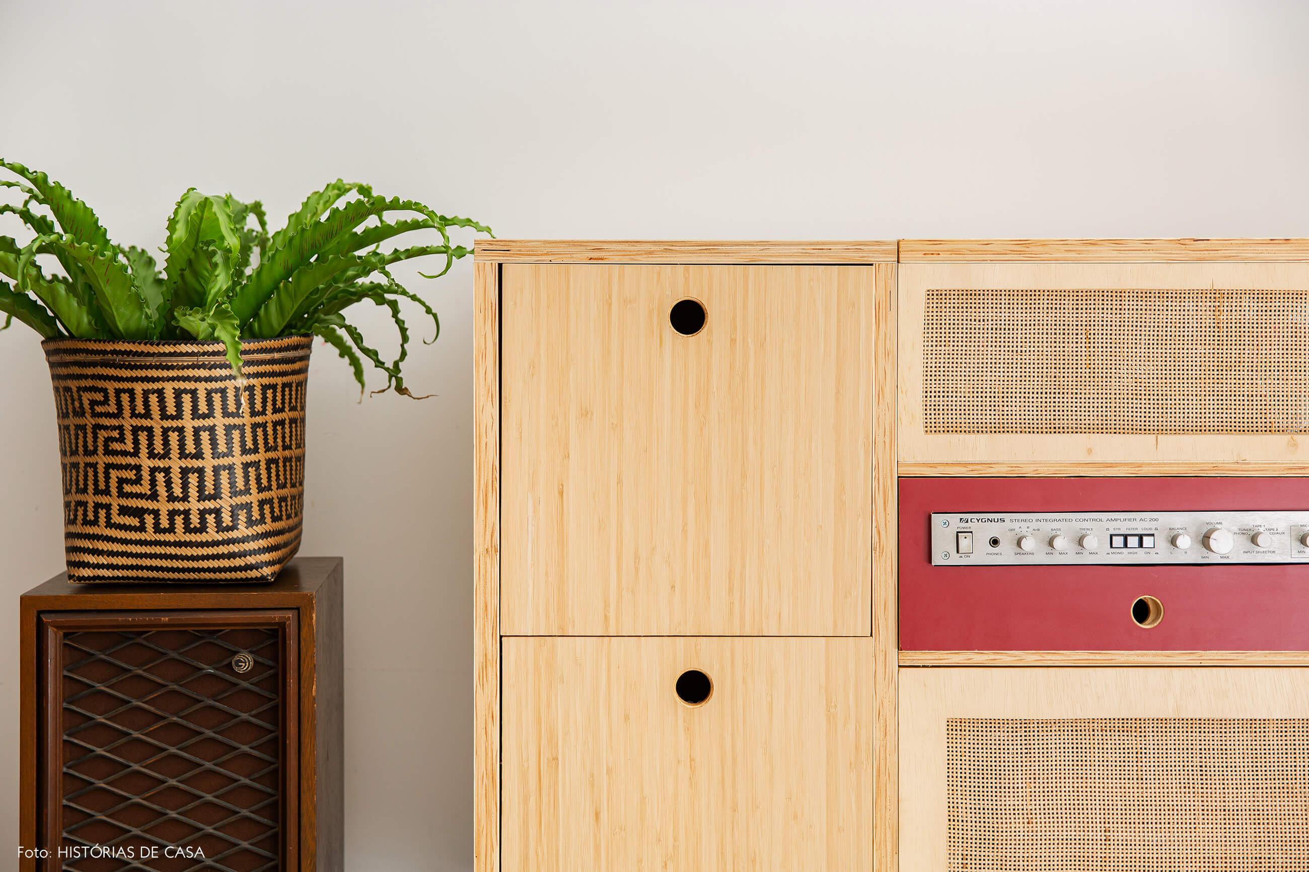 Apartamento térreo, móvel de madeira feito pelos moradores