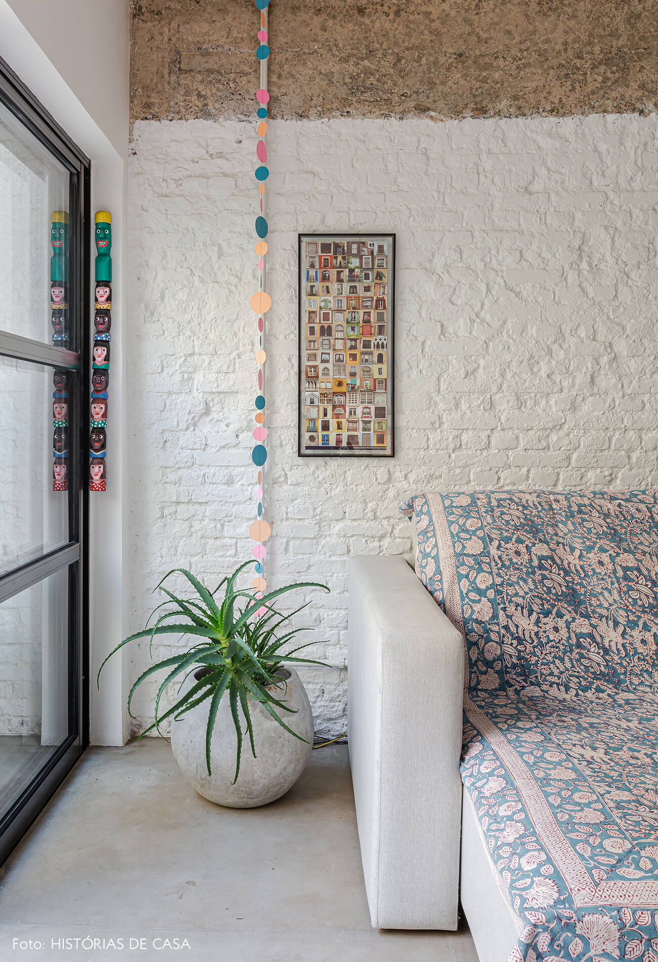 Apartamento térreo, sala com parede de tijolinho branco