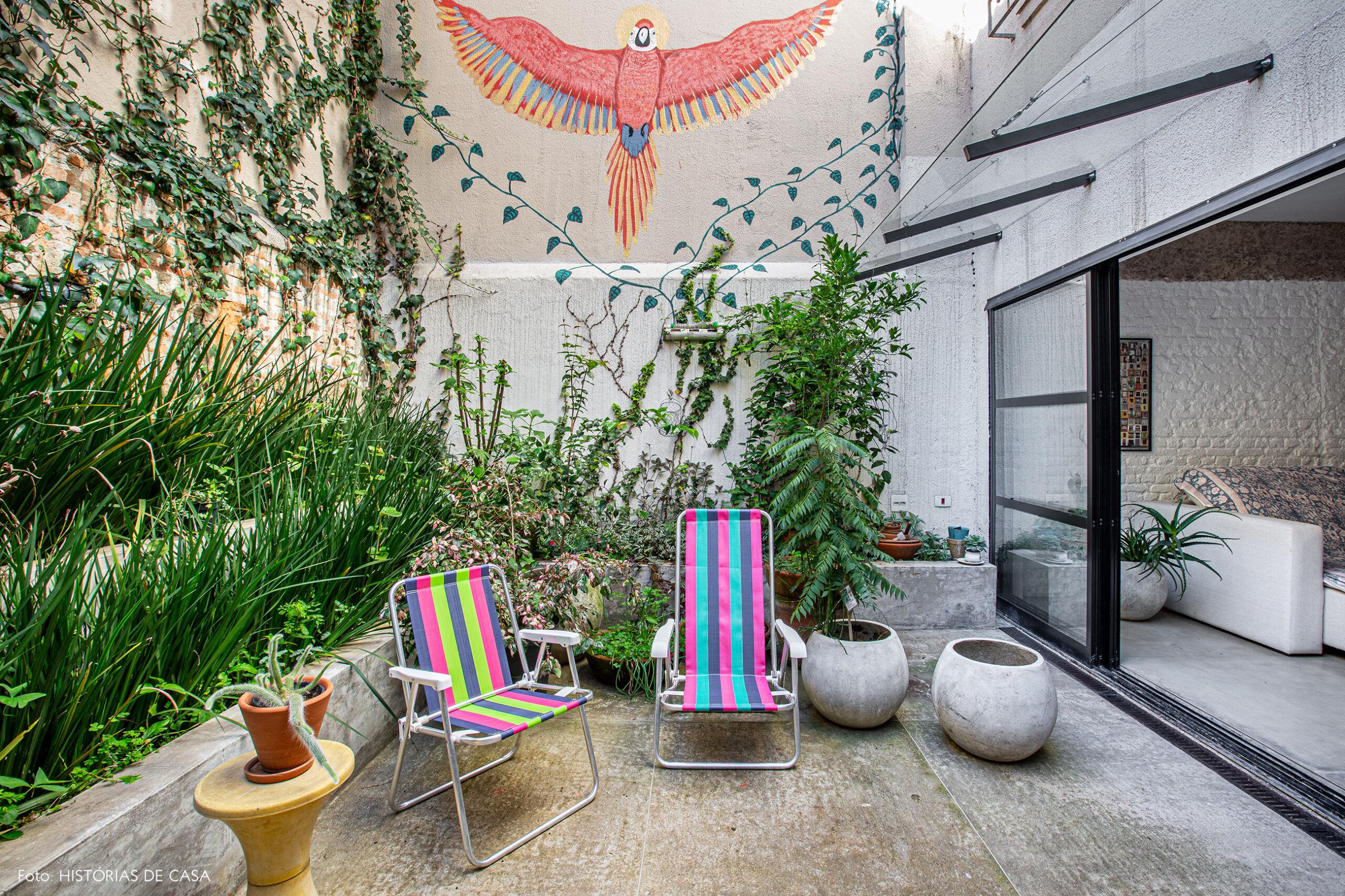 Apartamento térreo com quintal e jardim cheio de plantas