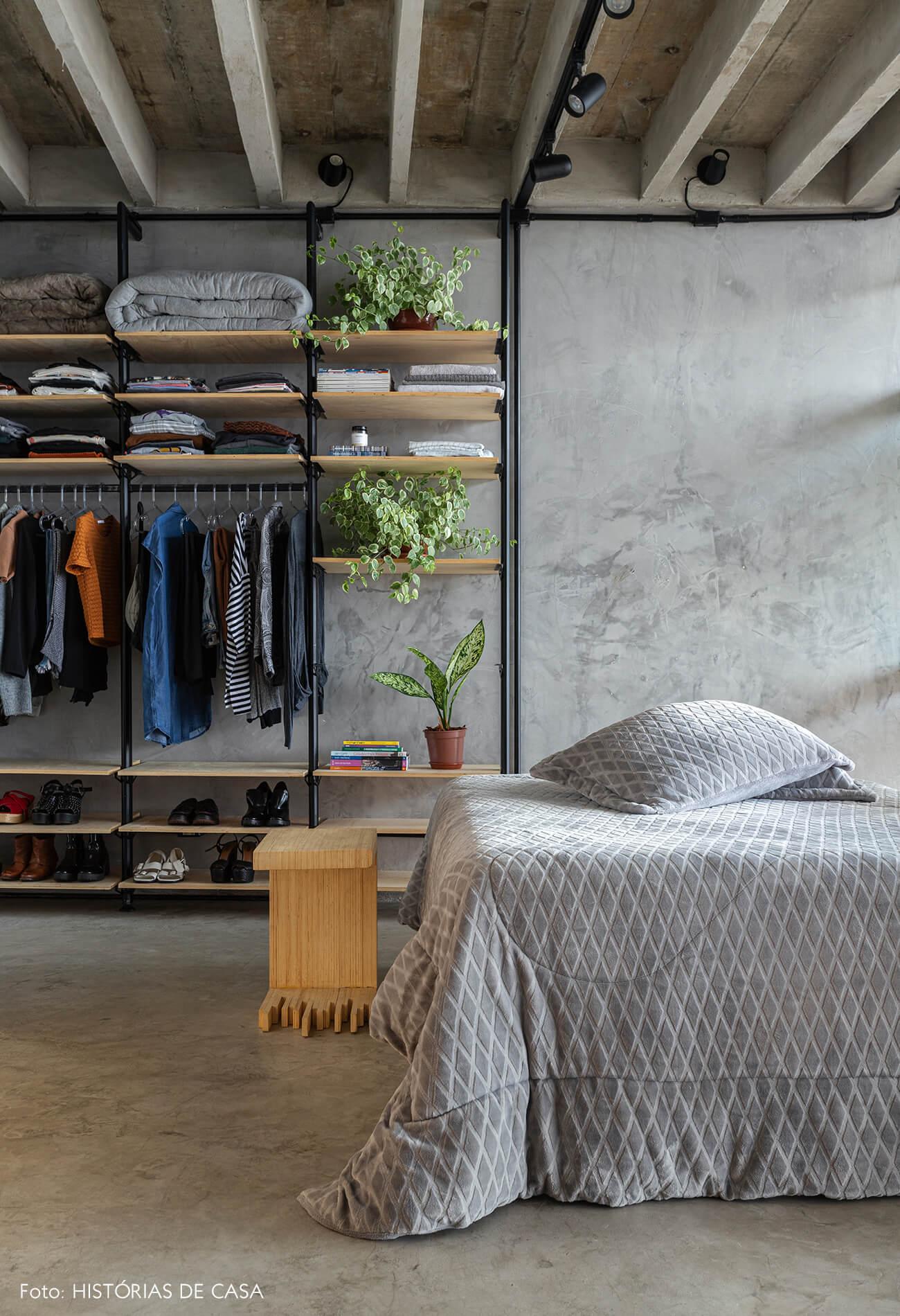 Apartamento pequeno no Copan, quarto com arara para roupas