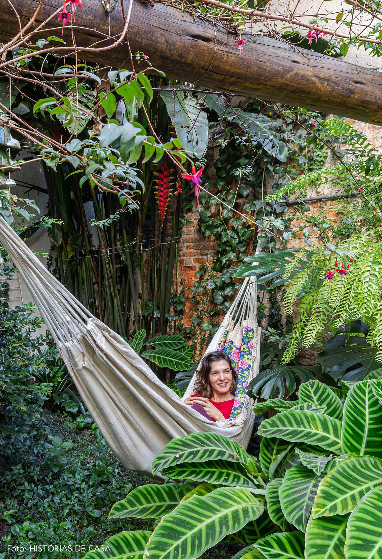Apartamento térreo com jardim e rede de balanço