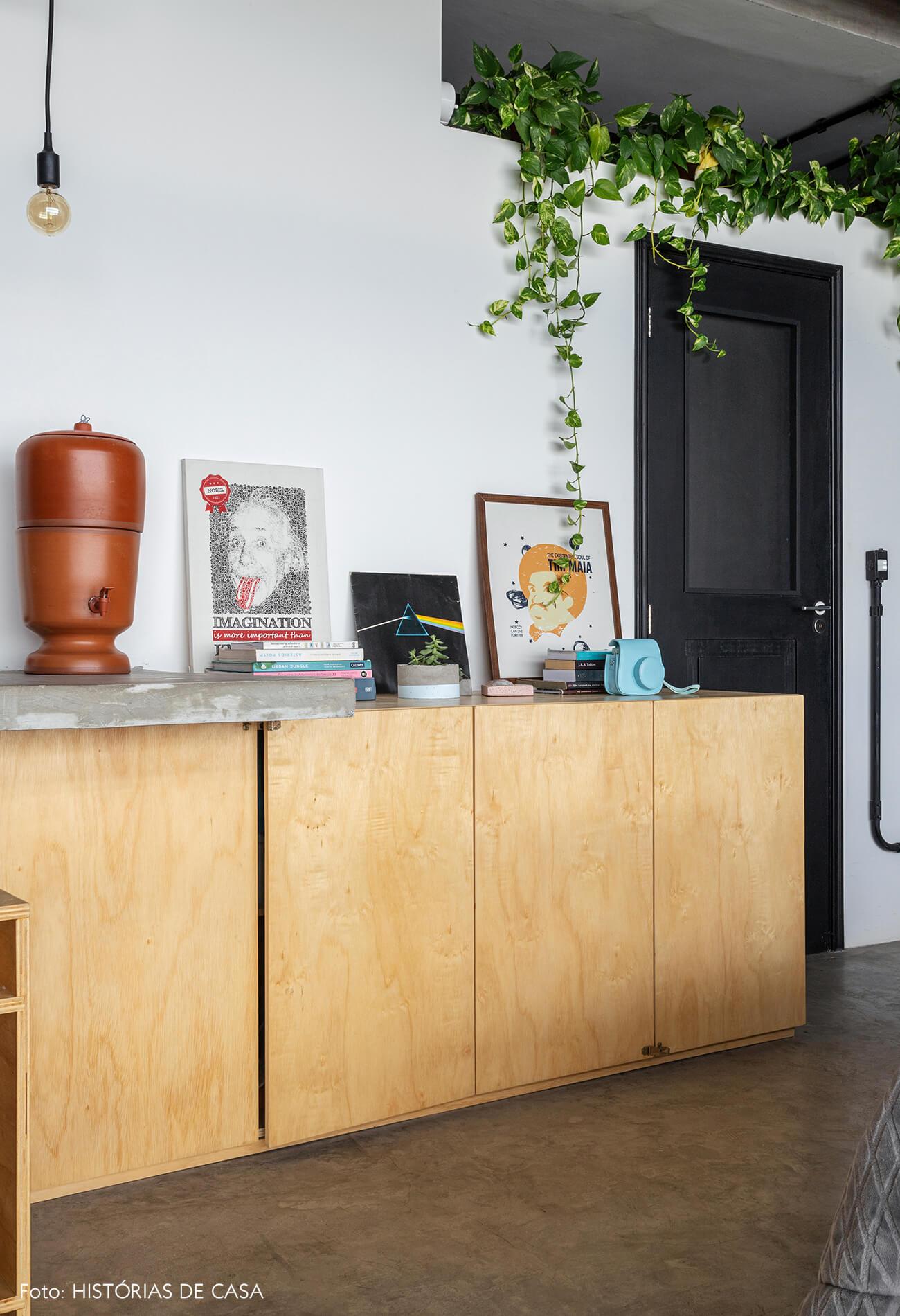Apartamento pequeno no Copan, bancada de madeira e porta preta