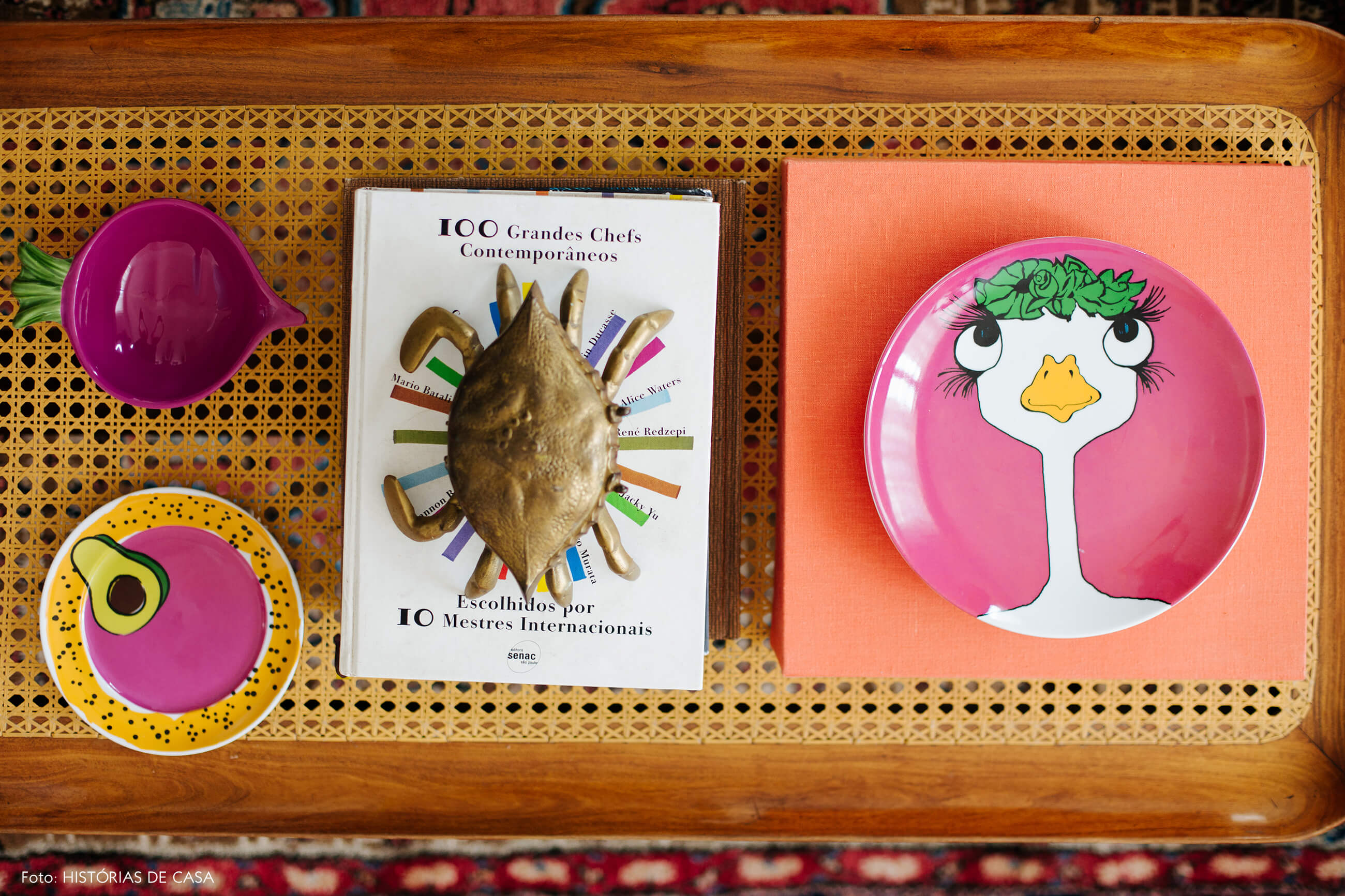 Apartamento chef Renata Vanzetto, móveis garimpados, mesa de centro de palhinha
