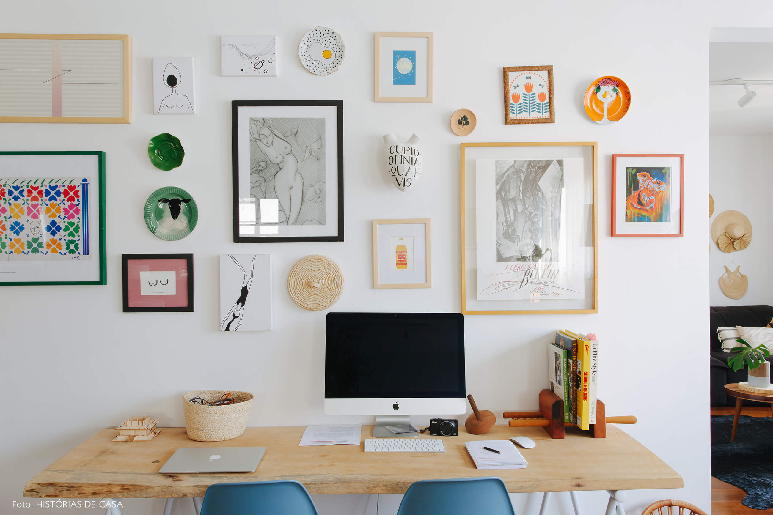 Apartamento chef Renata Vanzetto, home office na sala, parede de quadros