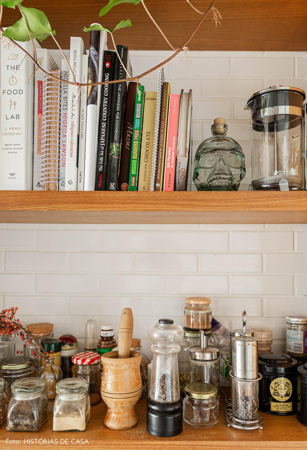 Apartamento térreo, cozinha com prateleiras abertas para os temperos