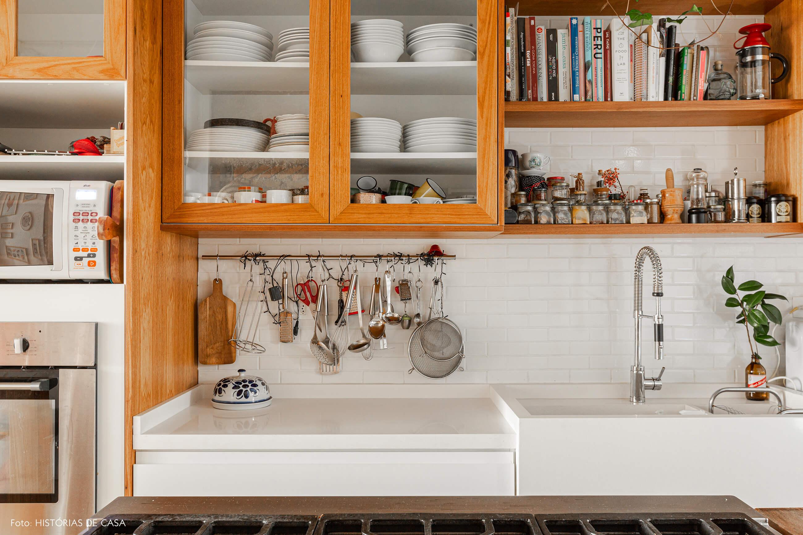 Apartamento térreo, cozinha com prateleiras abertas e portas de vidro