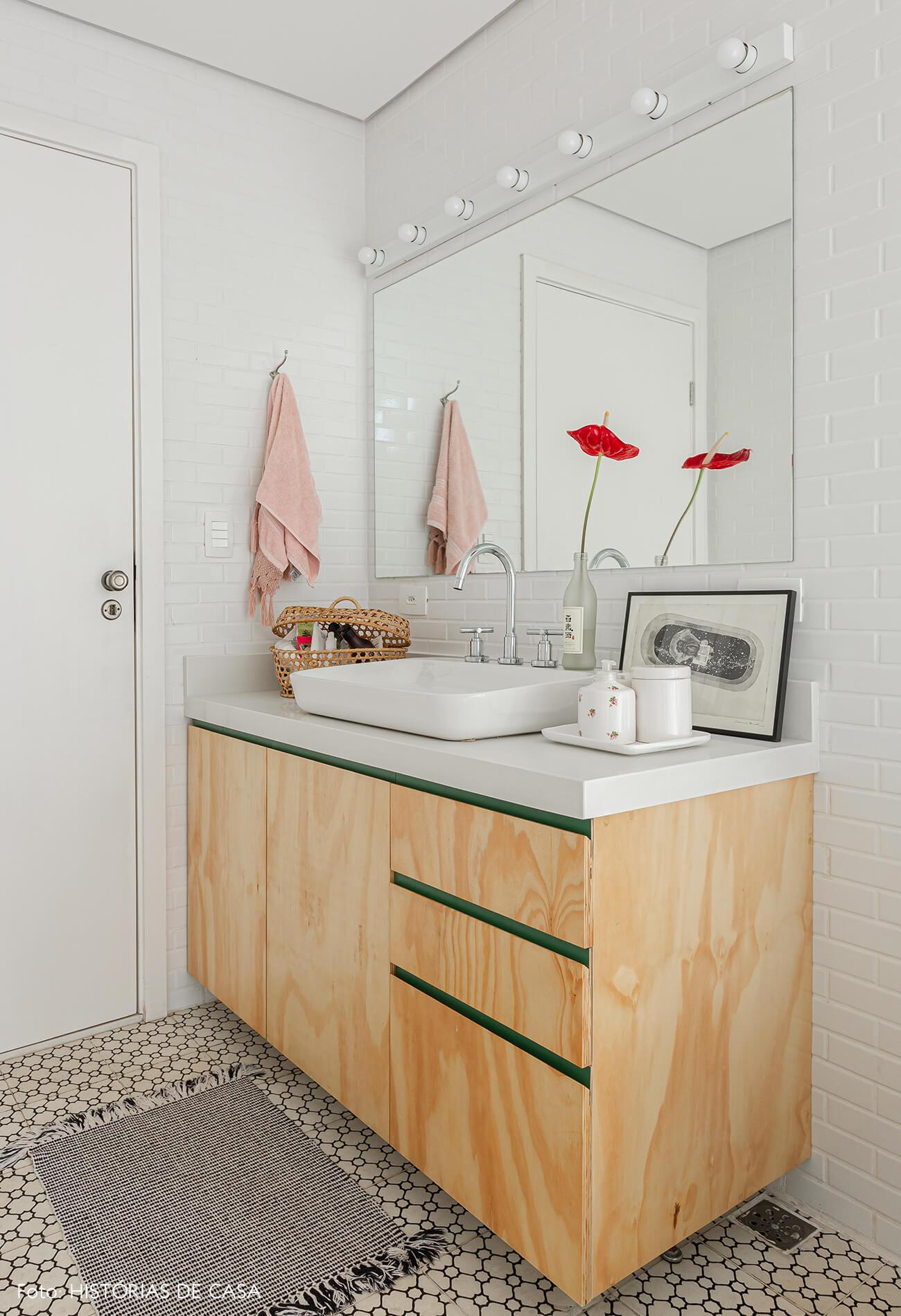 Apartamento térreo, banheiro com piso de ladrilhos hidráulicos