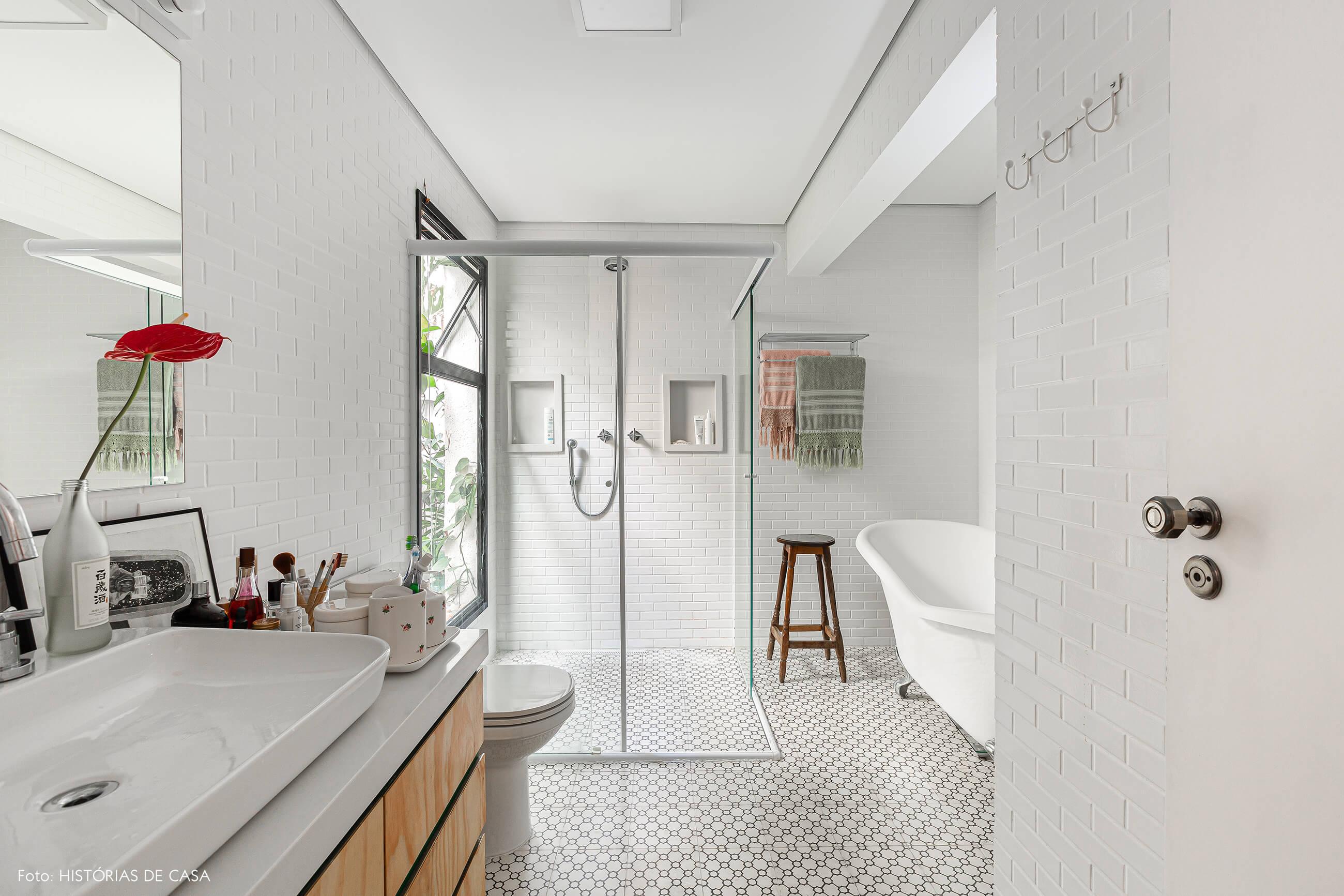 Apartamento térreo, banheiro com piso de ladrilhos hidráulicos e banheira