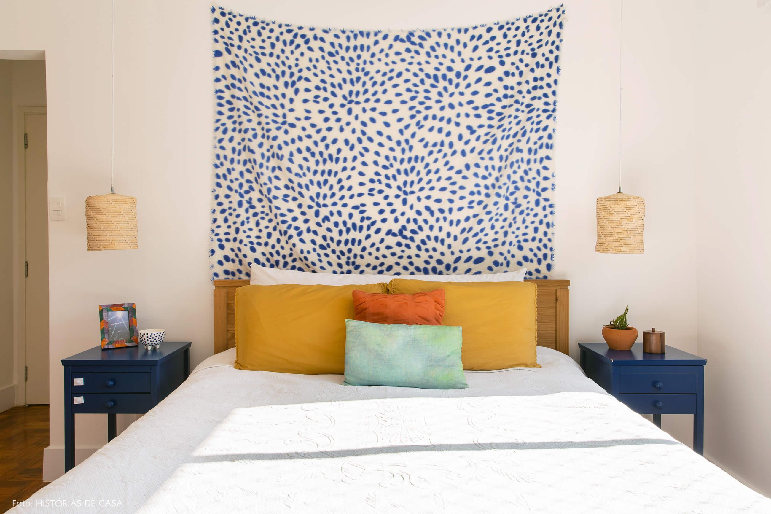Apartamento da chef Renata Vanzetto, quarto com pano atrás da cama