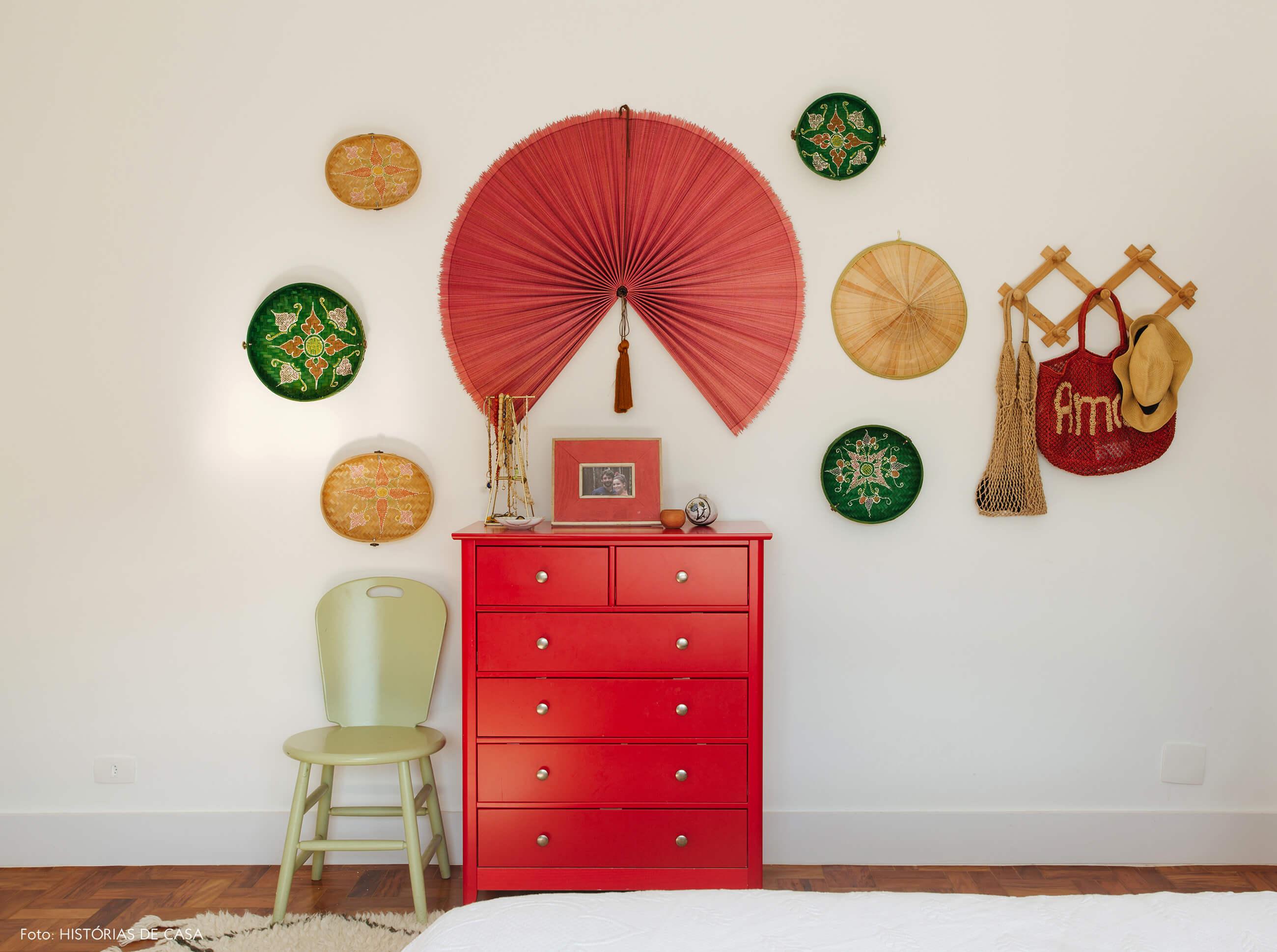 Apartamento da chef Renata Vanzetto, quarto com parede de chapéus e leques