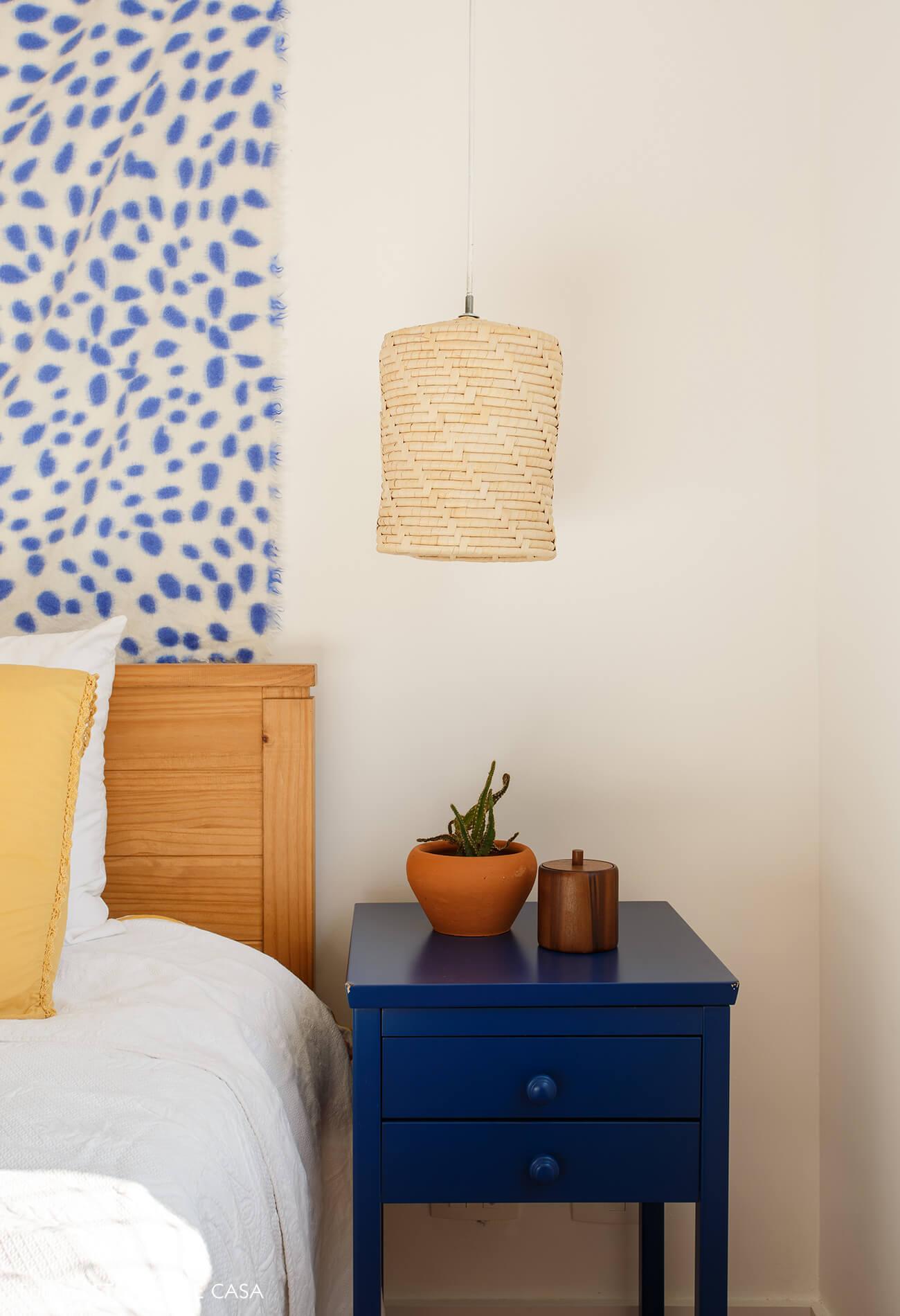 Apartamento da chef Renata Vanzetto, quarto com luminárias rústicas e praianas