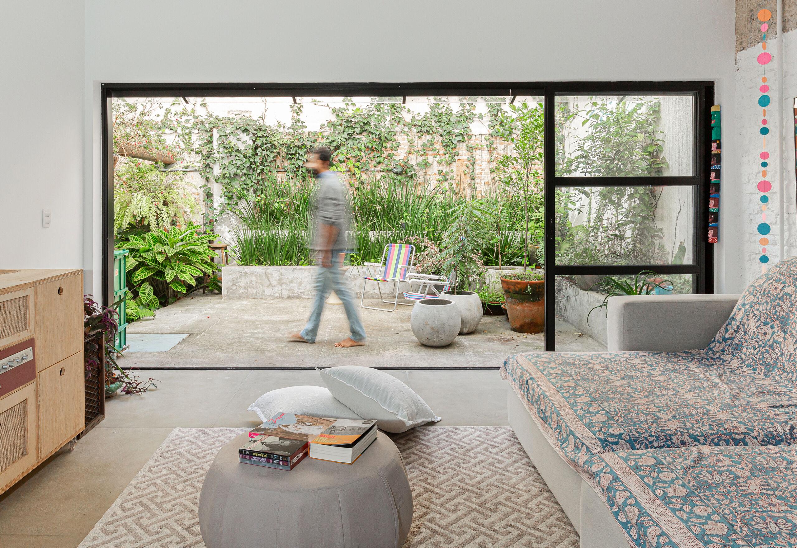 Apartamento térreo com sala integrada e jardim
