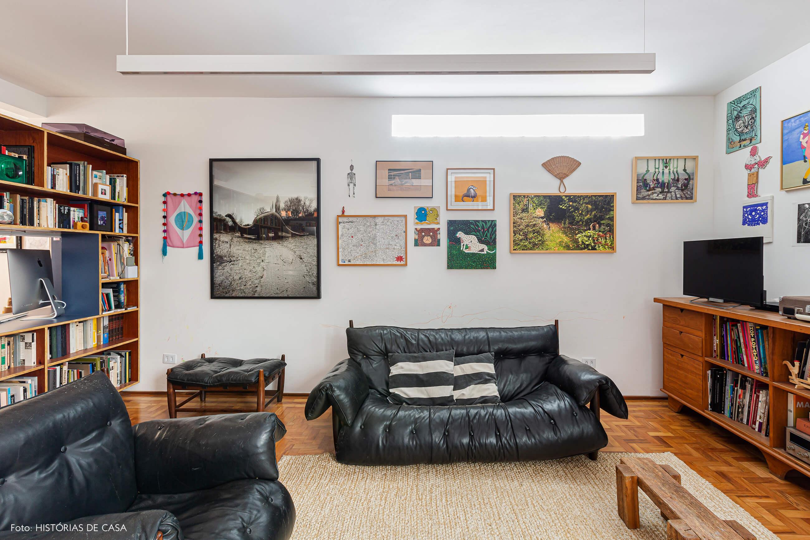 Apartamento reformado, sala com sofá de couro preto