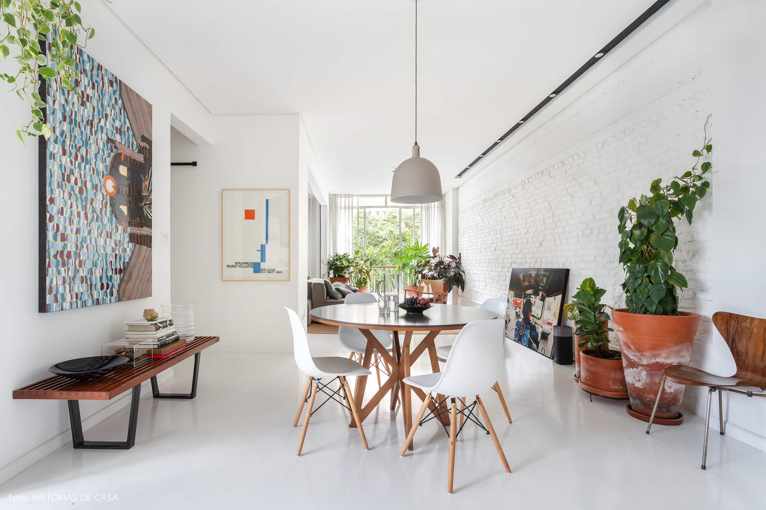 Apartamento escandinavo, sala de jantar com piso branco e mesa redonda