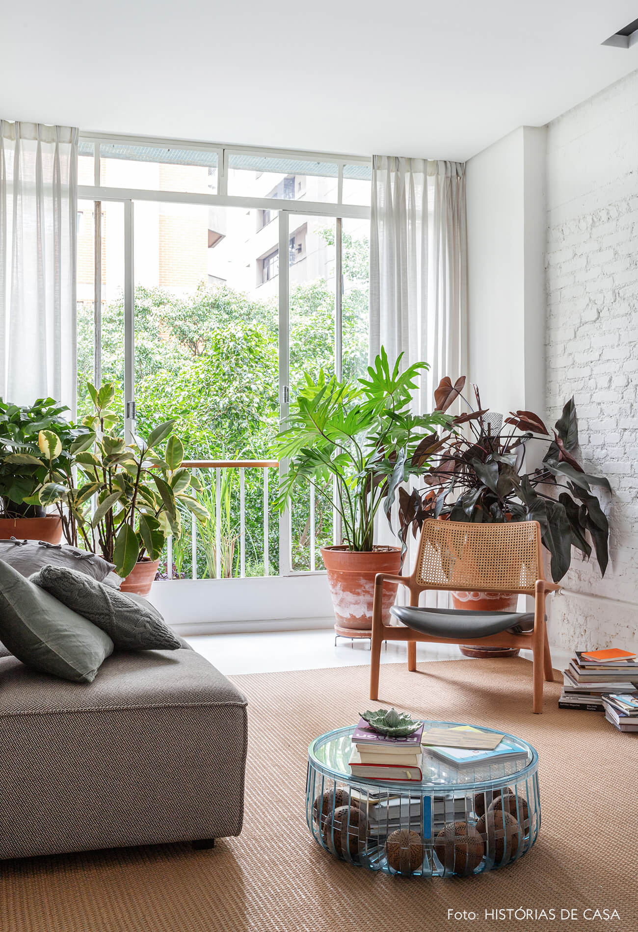 Apartamento escandinavo, sala com parede de tijolinho branco e plantas