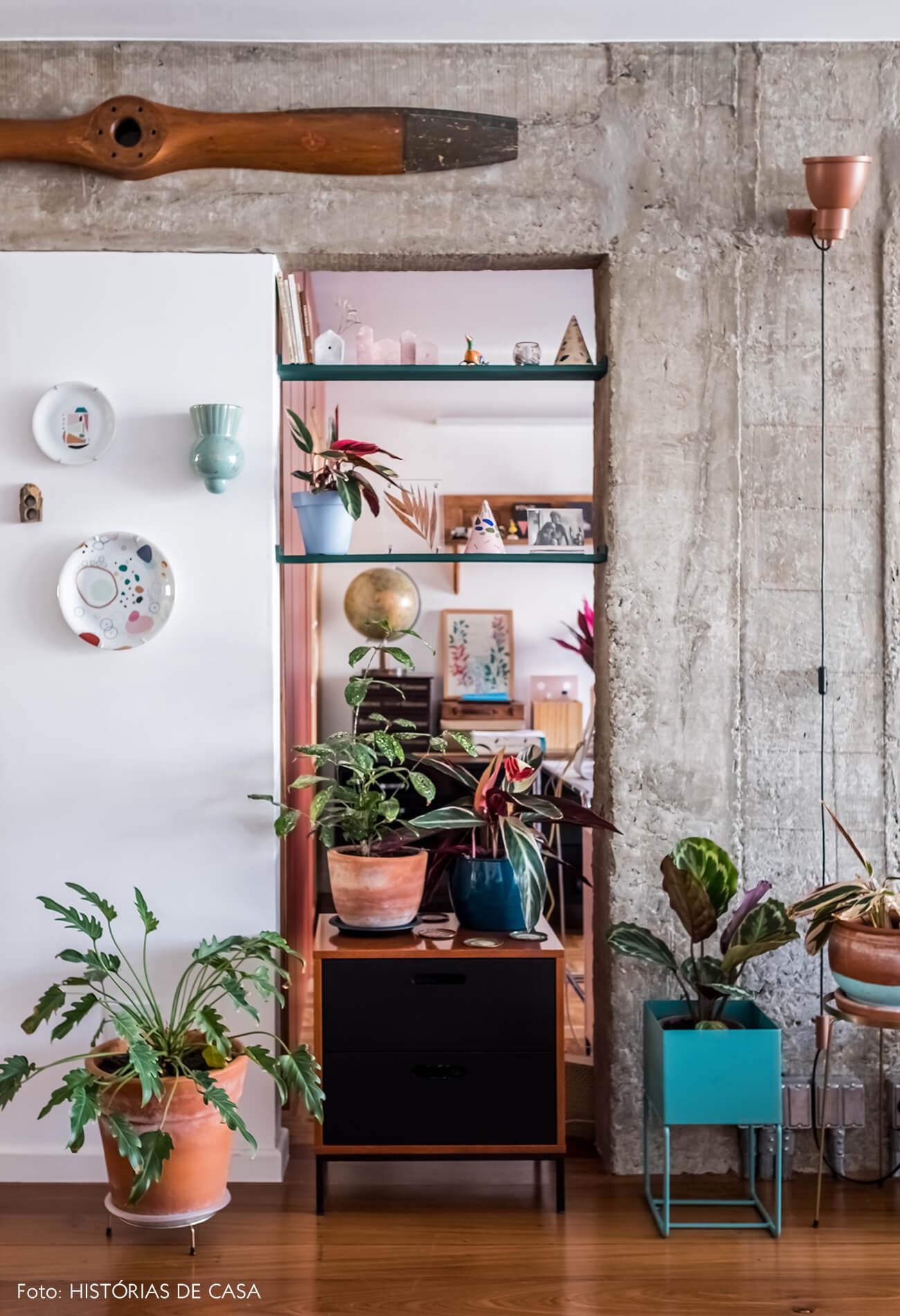 Apartamento reformado, estrutura de concreto aparente e muitas plantas