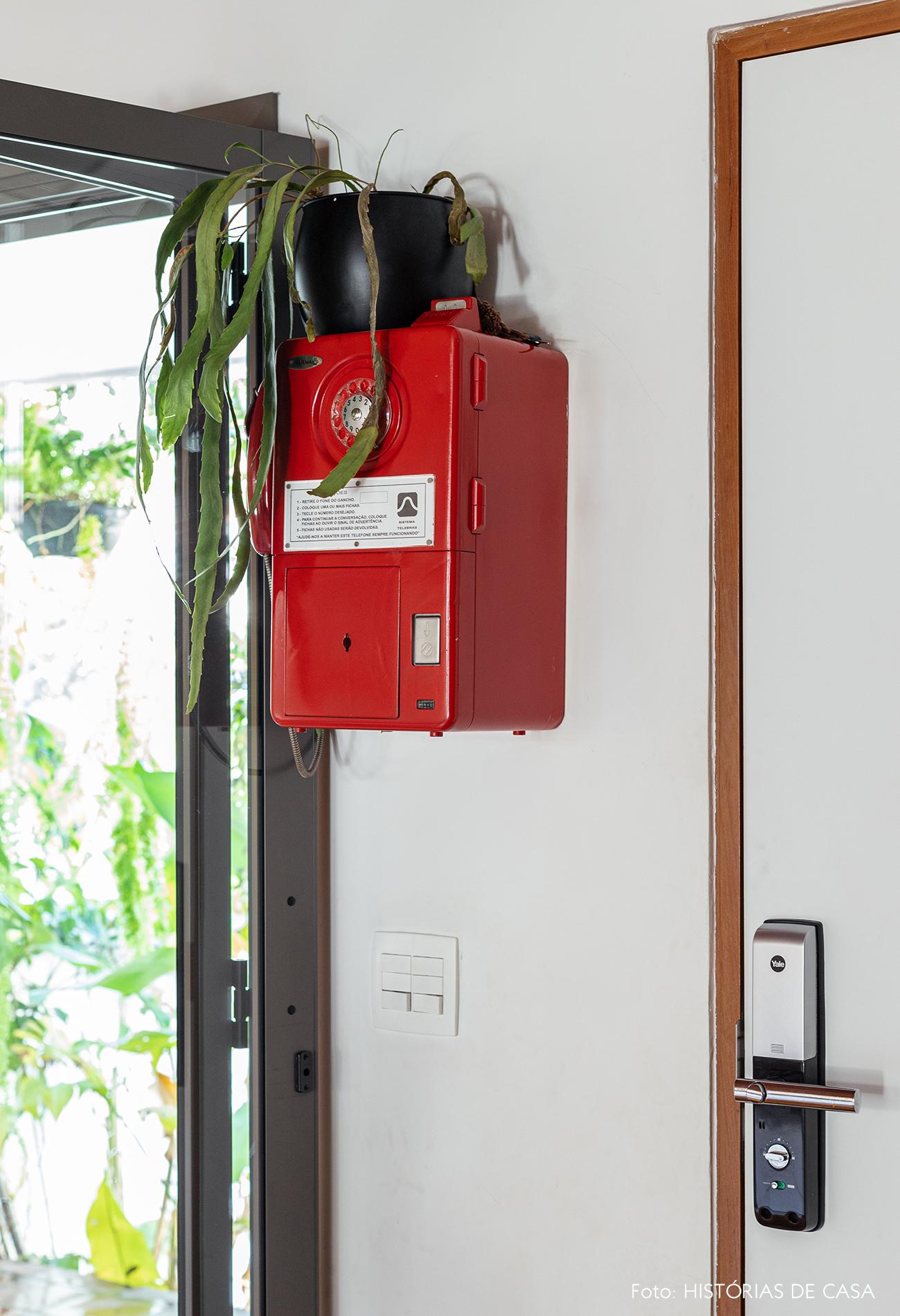 Casa antiga com telefone vintage vermelho