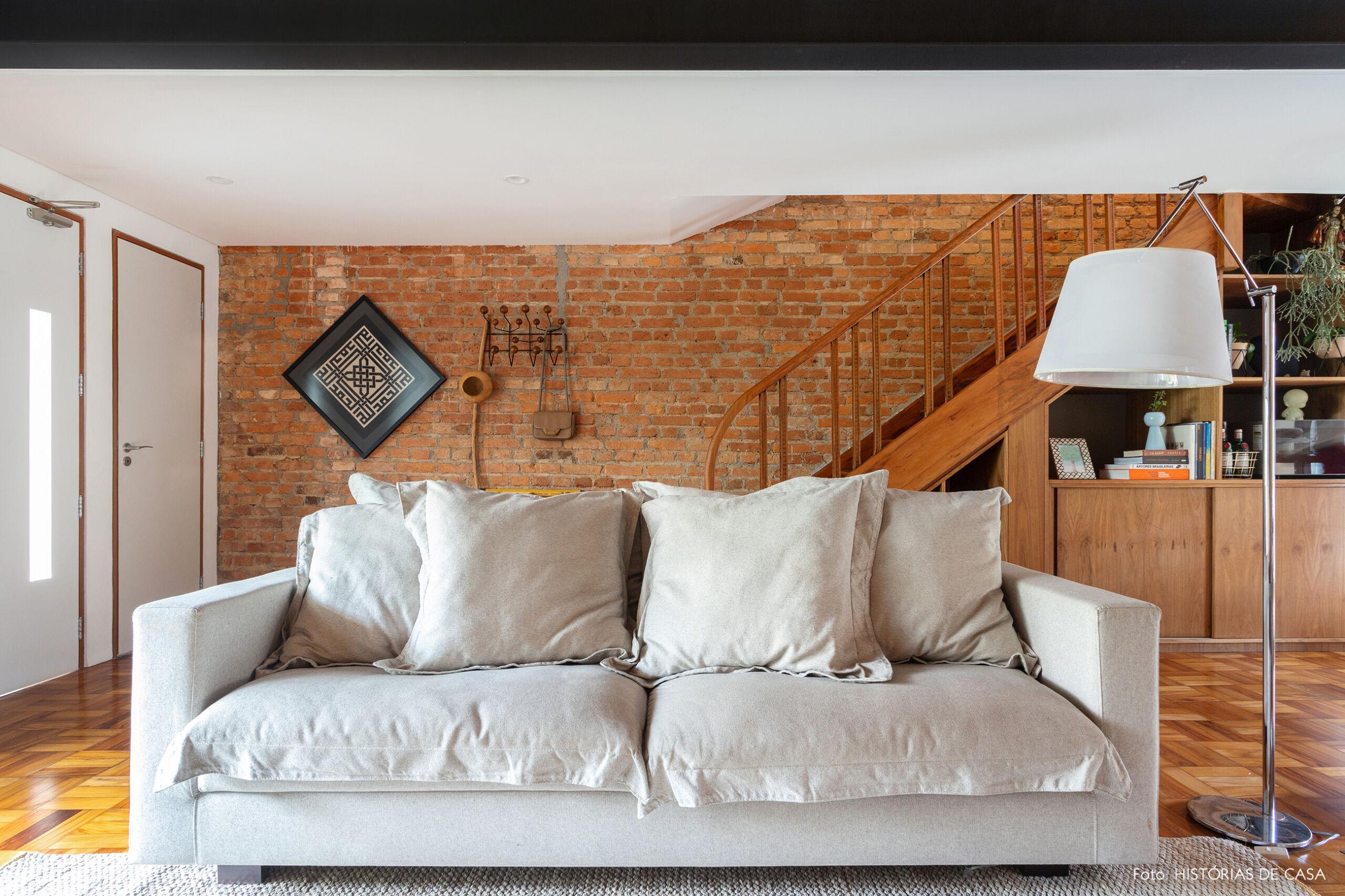 Casa de vila com parede de tijolinho na sala