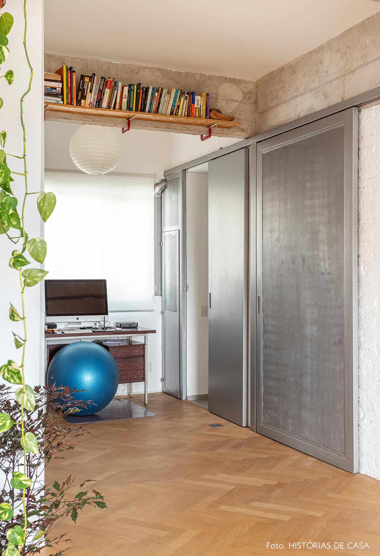 Apartamento integrado com parede de tijolinho branco e portas metálicas