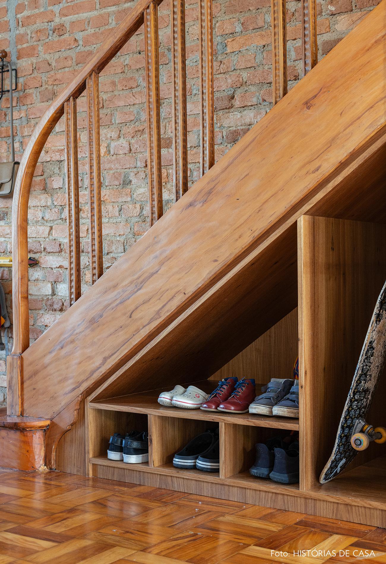Escada de madeira com nicho para sapatos sob o vão