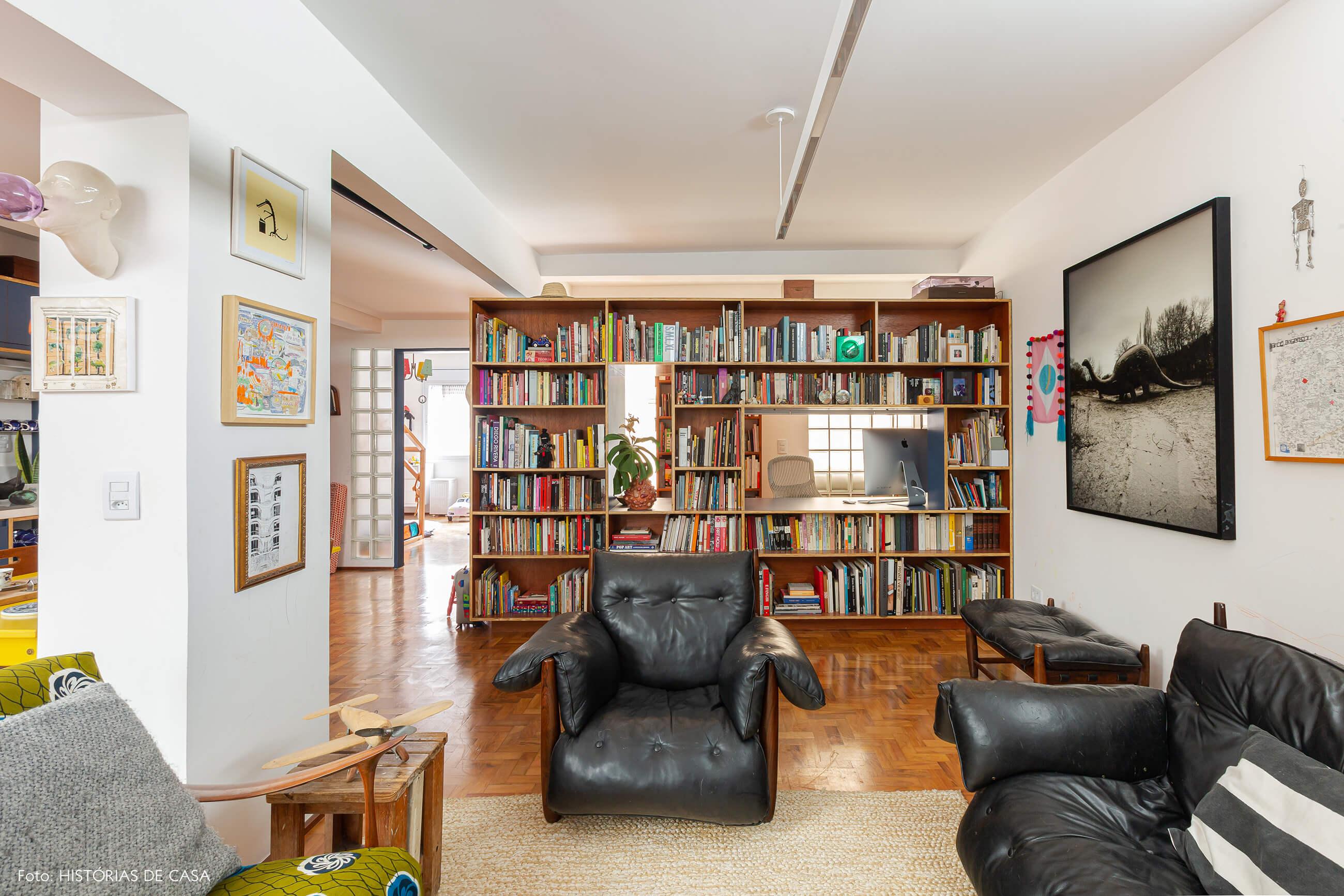 Apartamento reformado, sala com estante dupla face e poltrona Mole