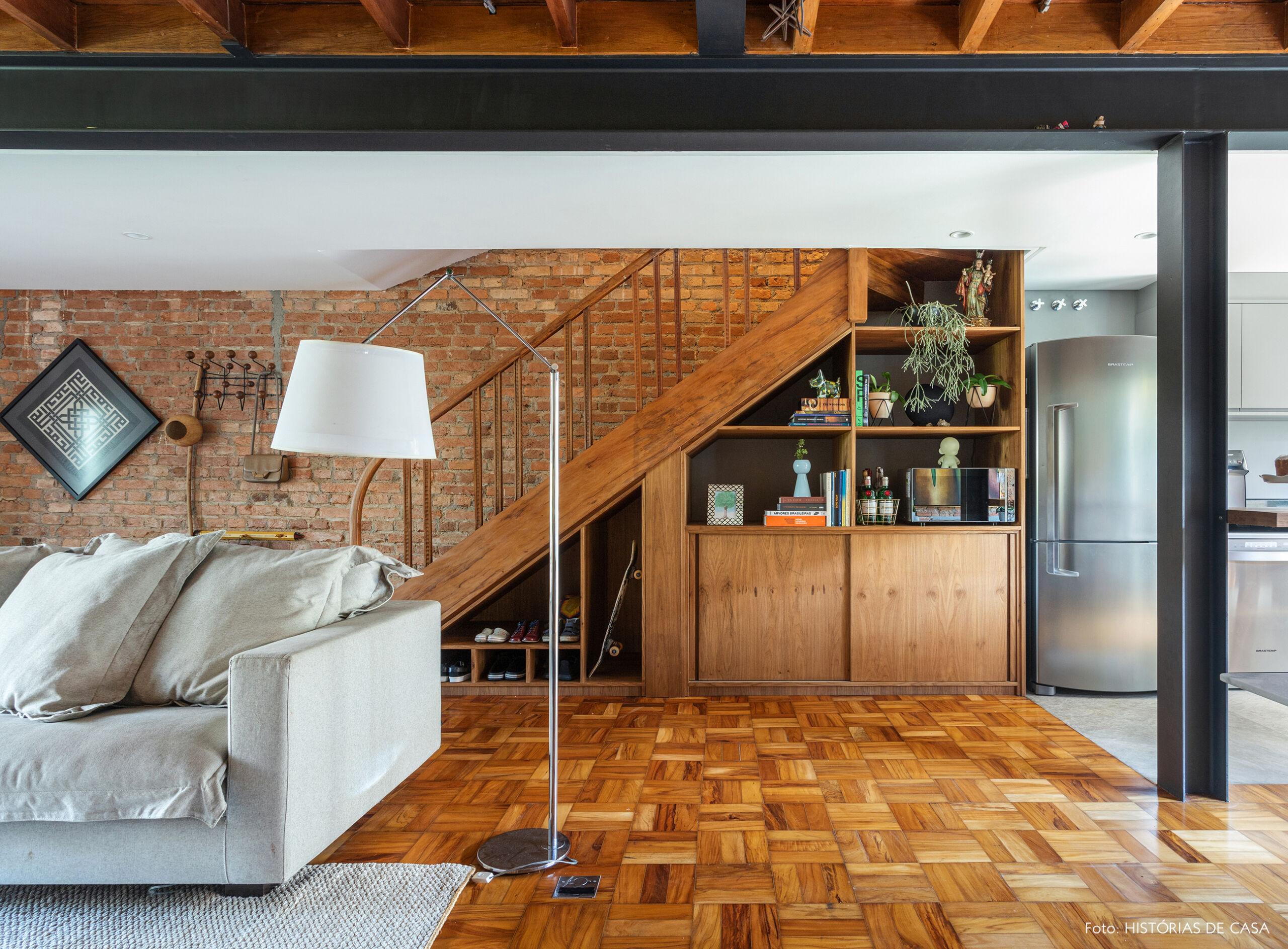 Sala integrada com piso de tacos e forro de madeira