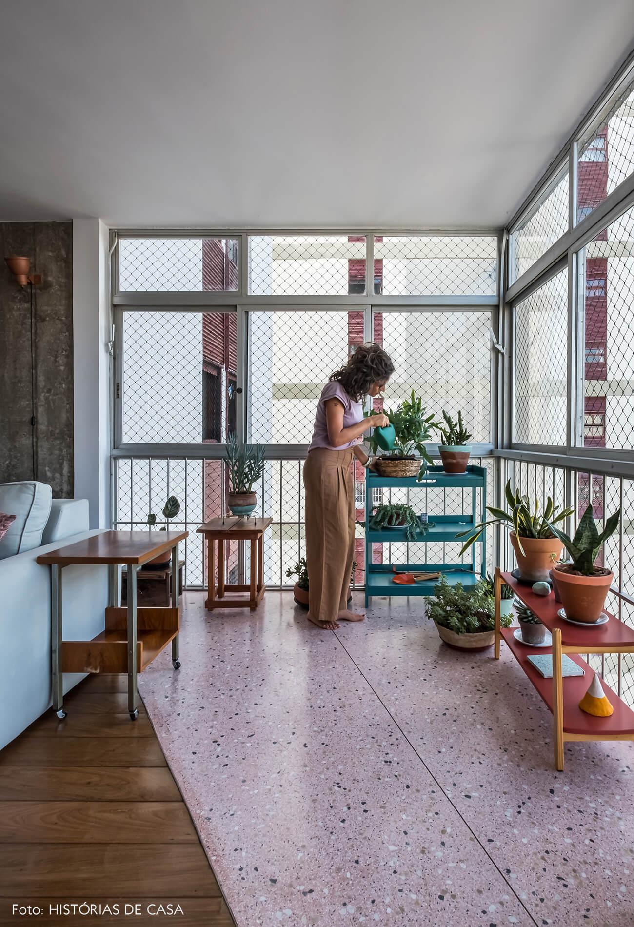 Apartamento com varanda interna e piso de granilite rosa
