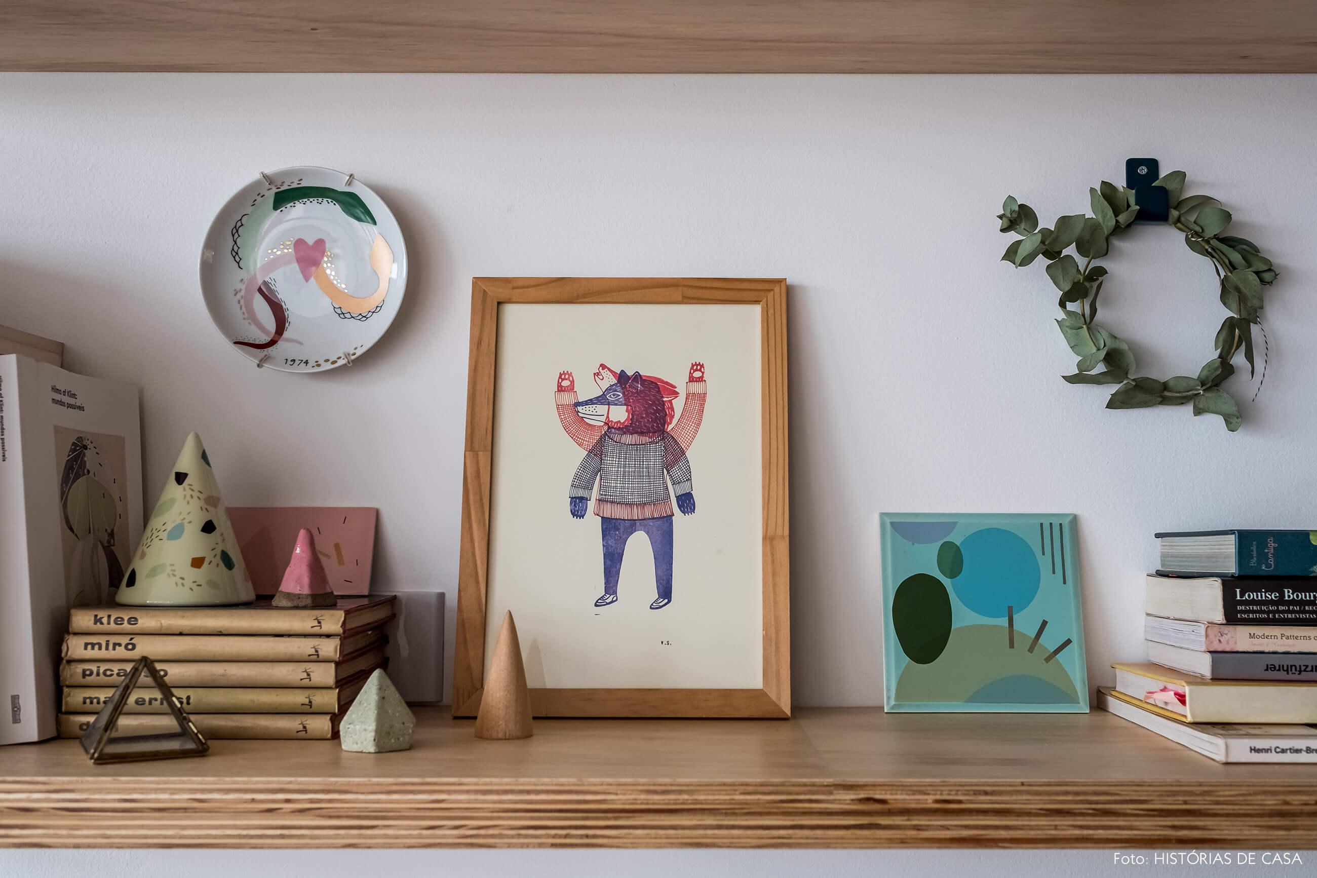 Prateleira de madeira com objetos afetivos