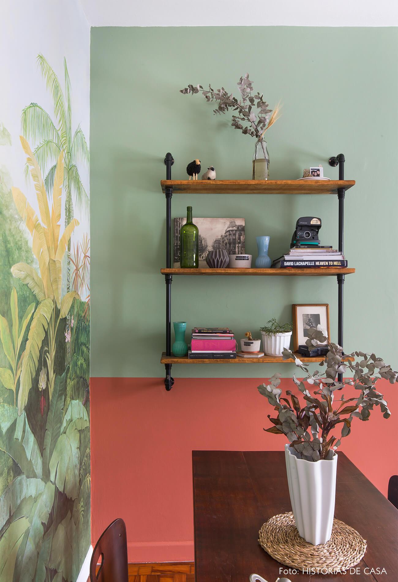 Antes e depois com paredes coloridas, pintura e papel de parede de floresta