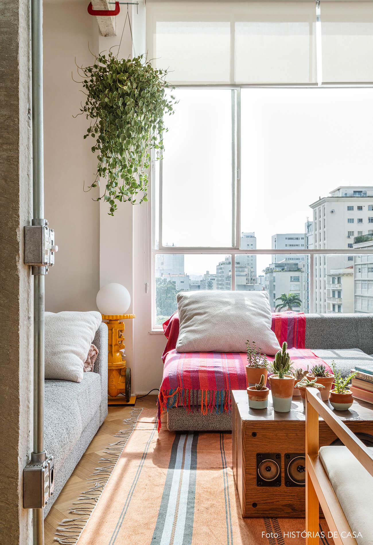 Apartamento com janelas de serralheria branca e sofá cinza