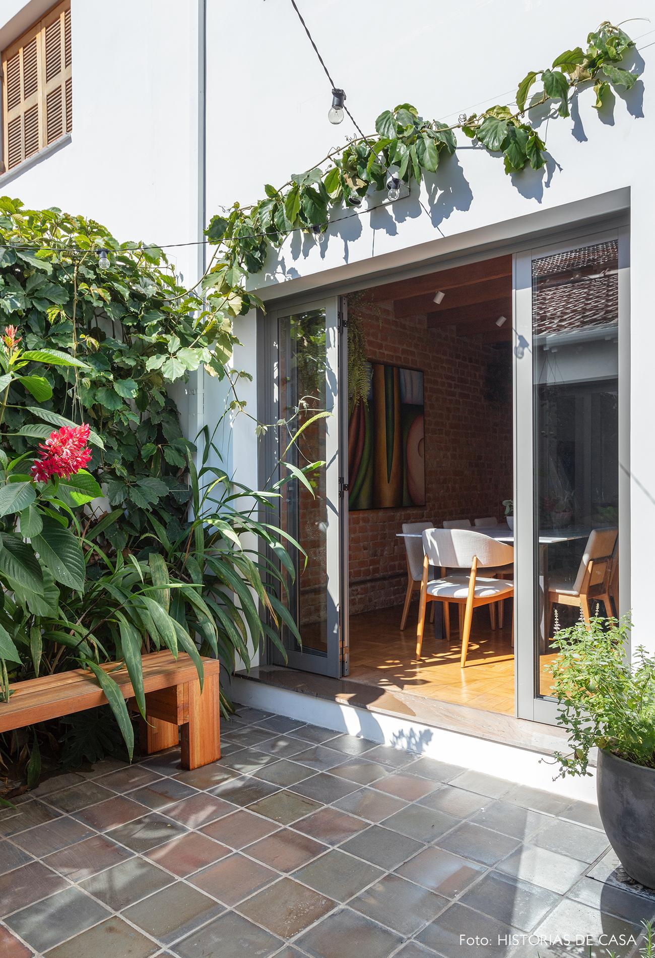 Casa com quintal e jardim nos fundos