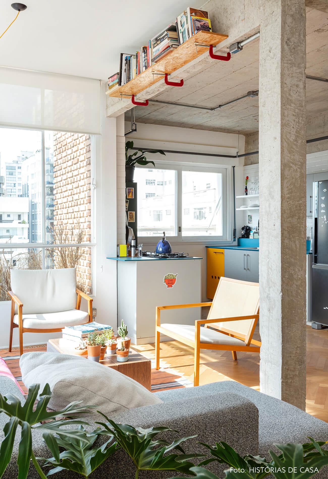 Apartamento com janelas de serralheria branca e cozinha integrada