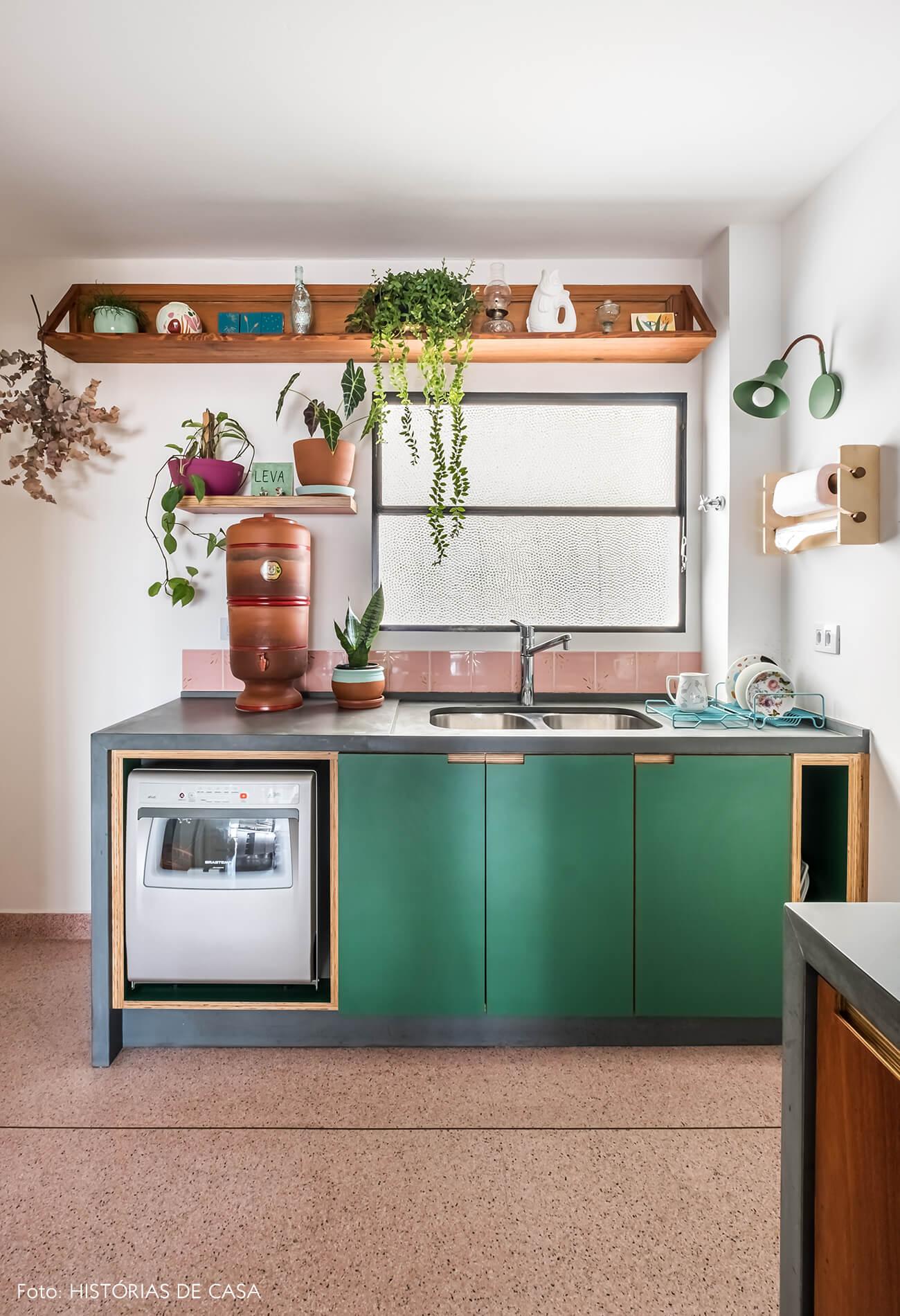 Cozinha com armários de marcenaria e serralheria, armário verde