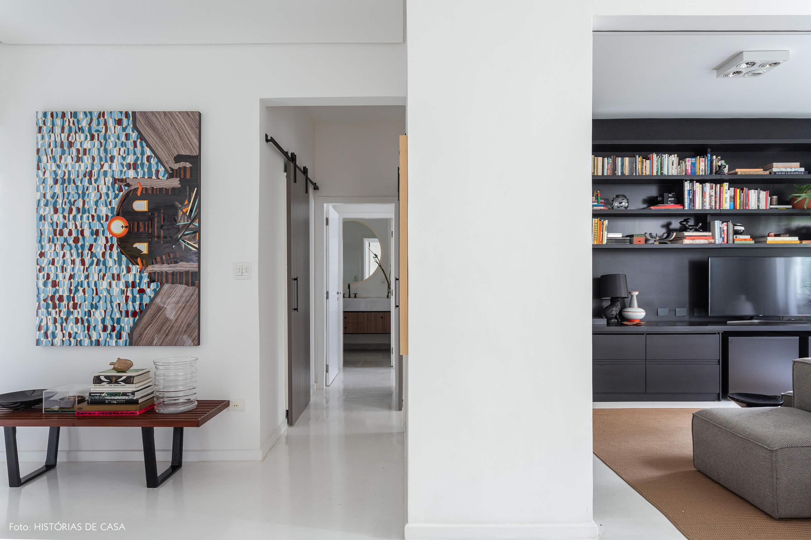 Apartamento escandinavo, sala com piso de tacos pintado de branco