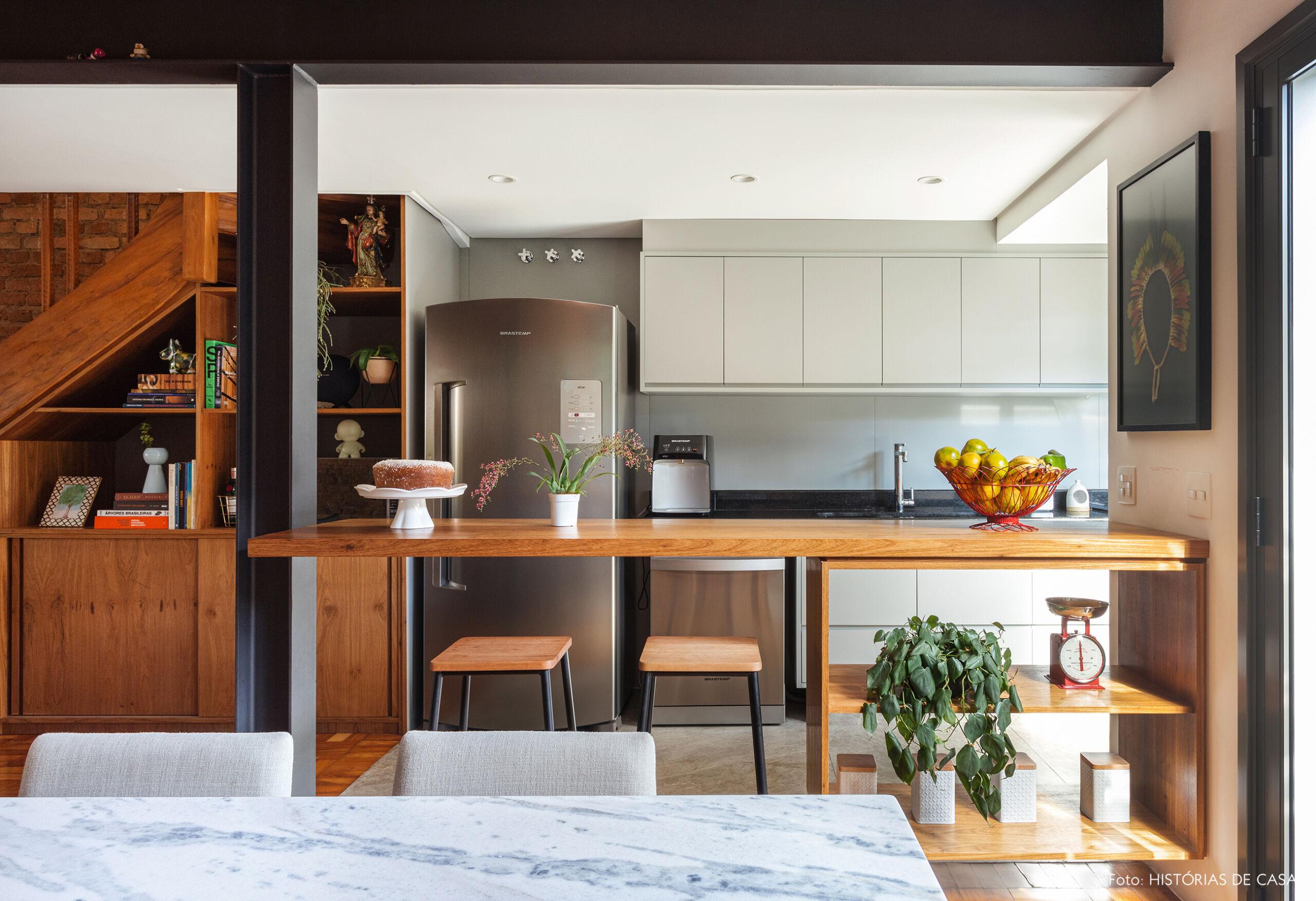 Casa de vila com cozinha integrada e balcão de madeira