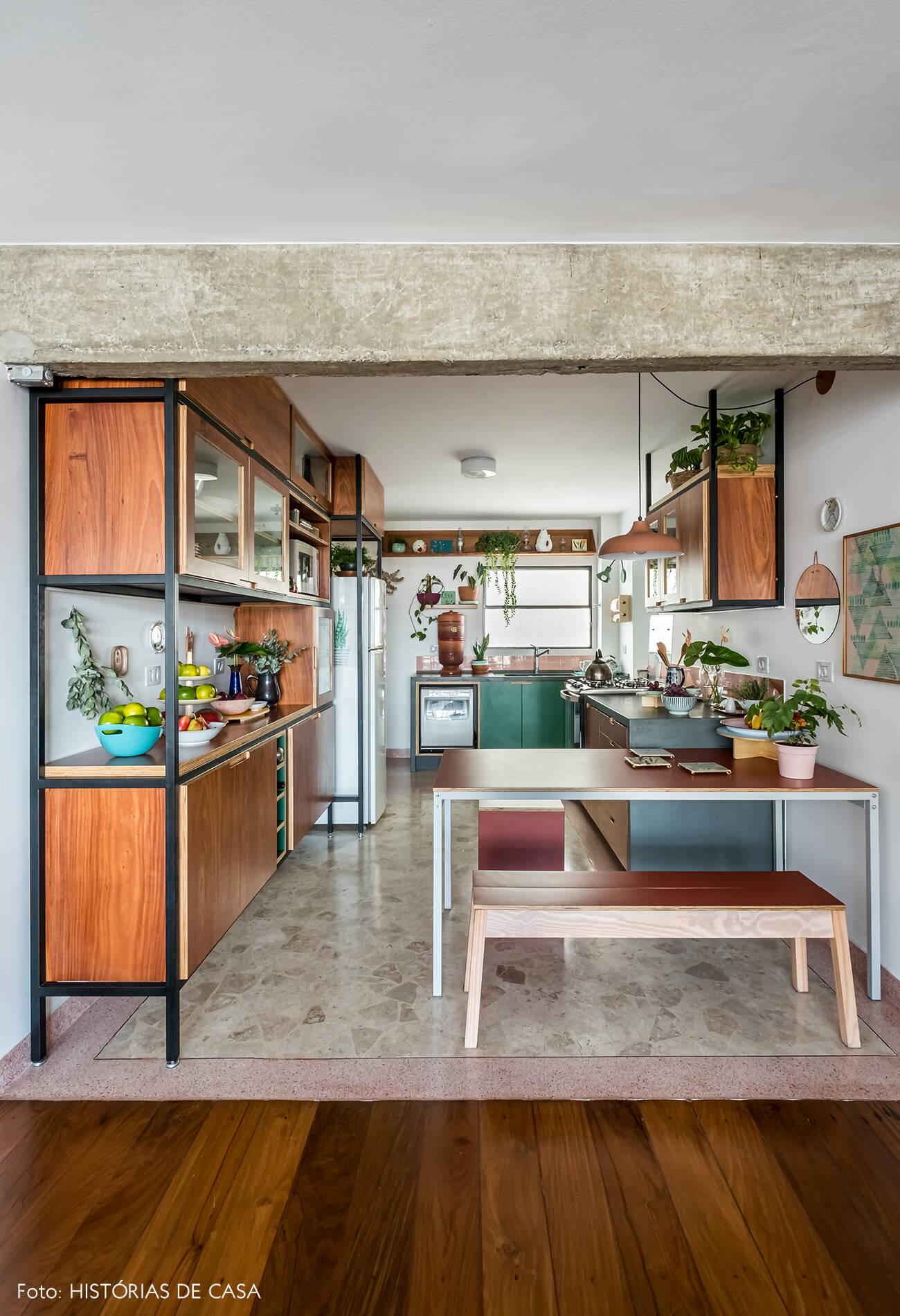 Apartamento com cozinha integrada e piso de granilite