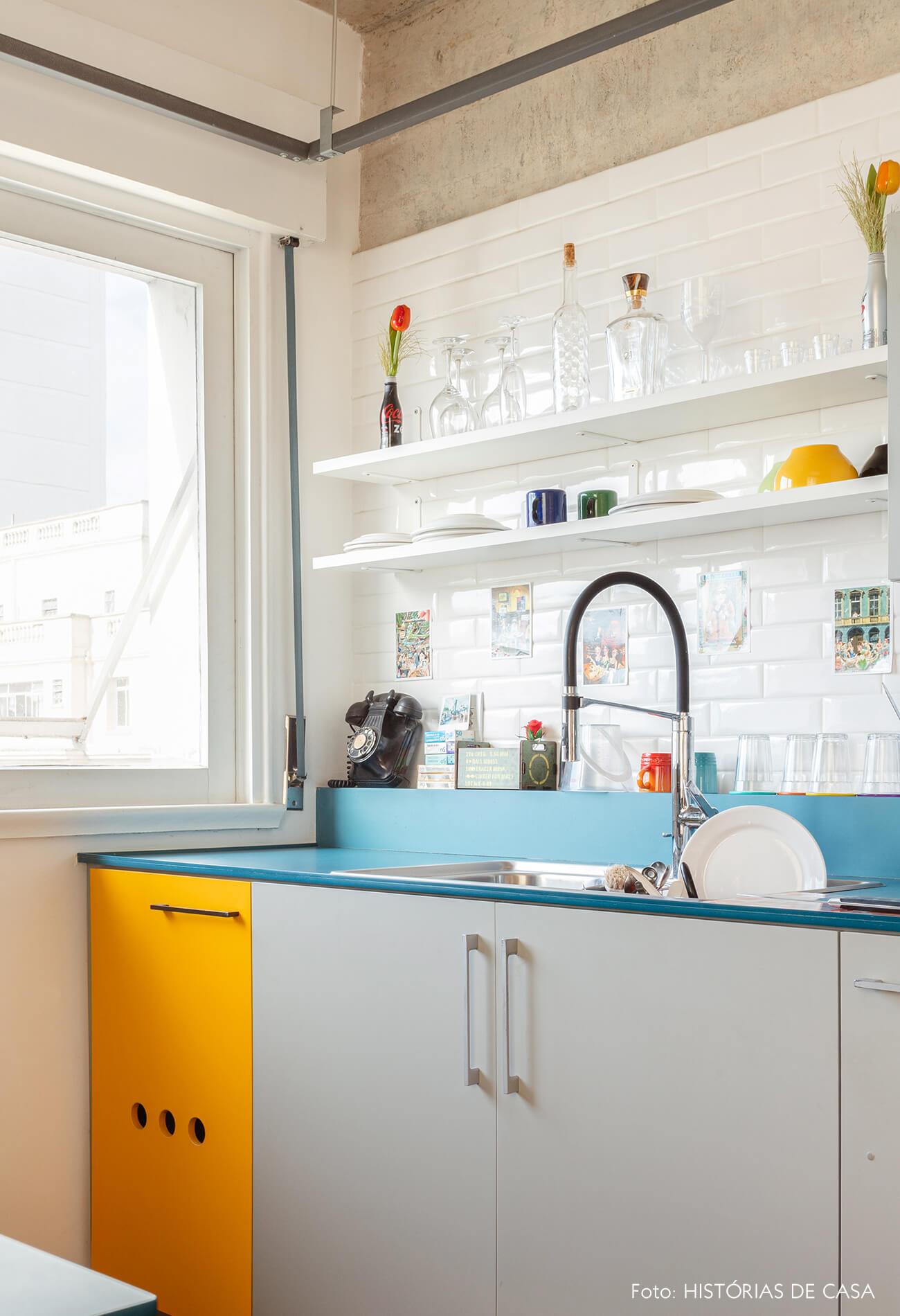Cozinha com bancada de Formica colorida
