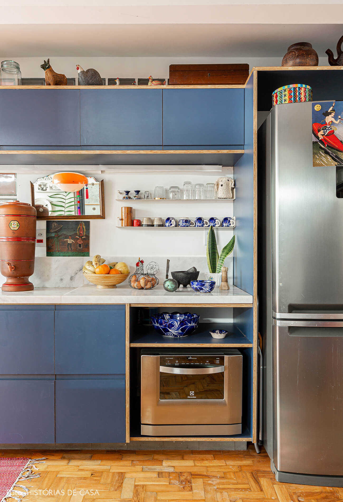 Apartamento reformado, cozinha com armários azuis