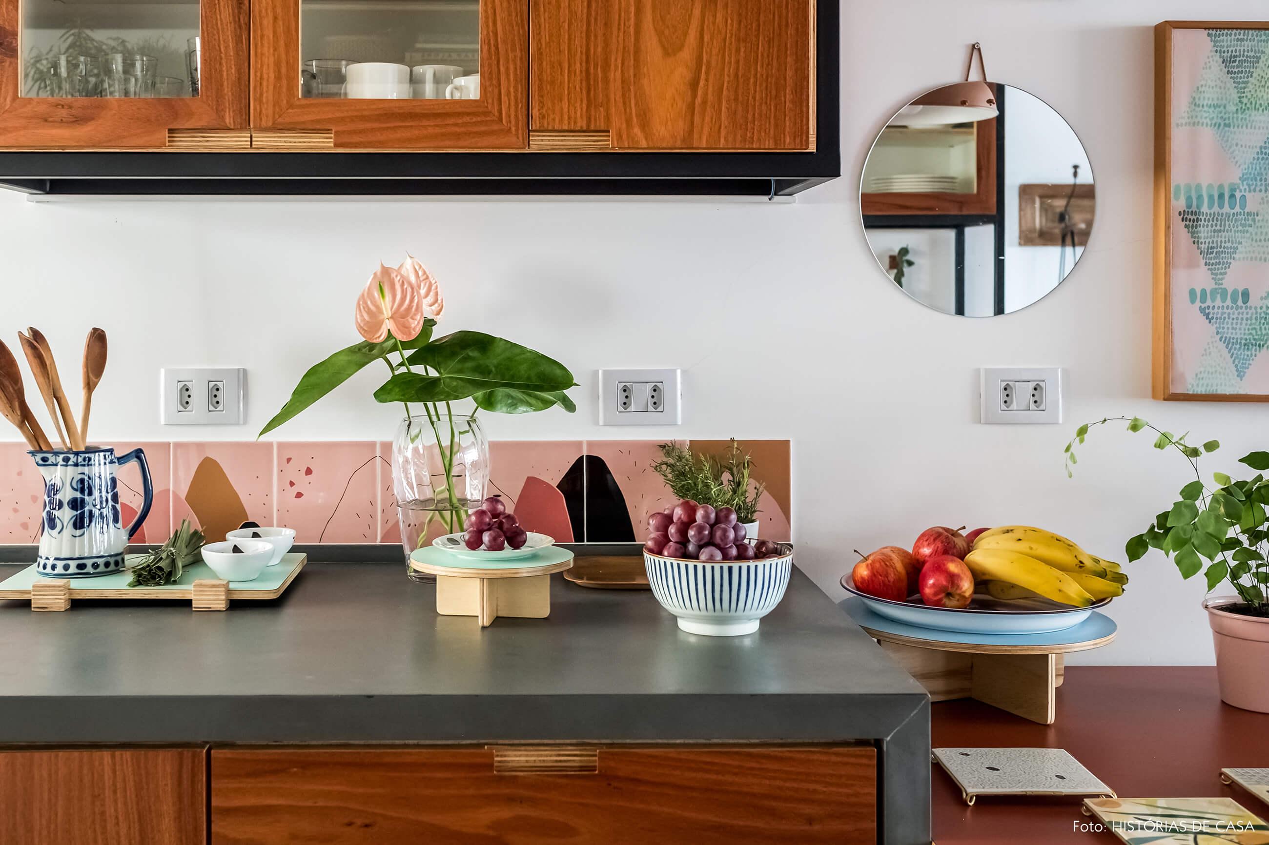 Cozinha com armários de marcenaria e serralheria, frontão de azulejos rosa