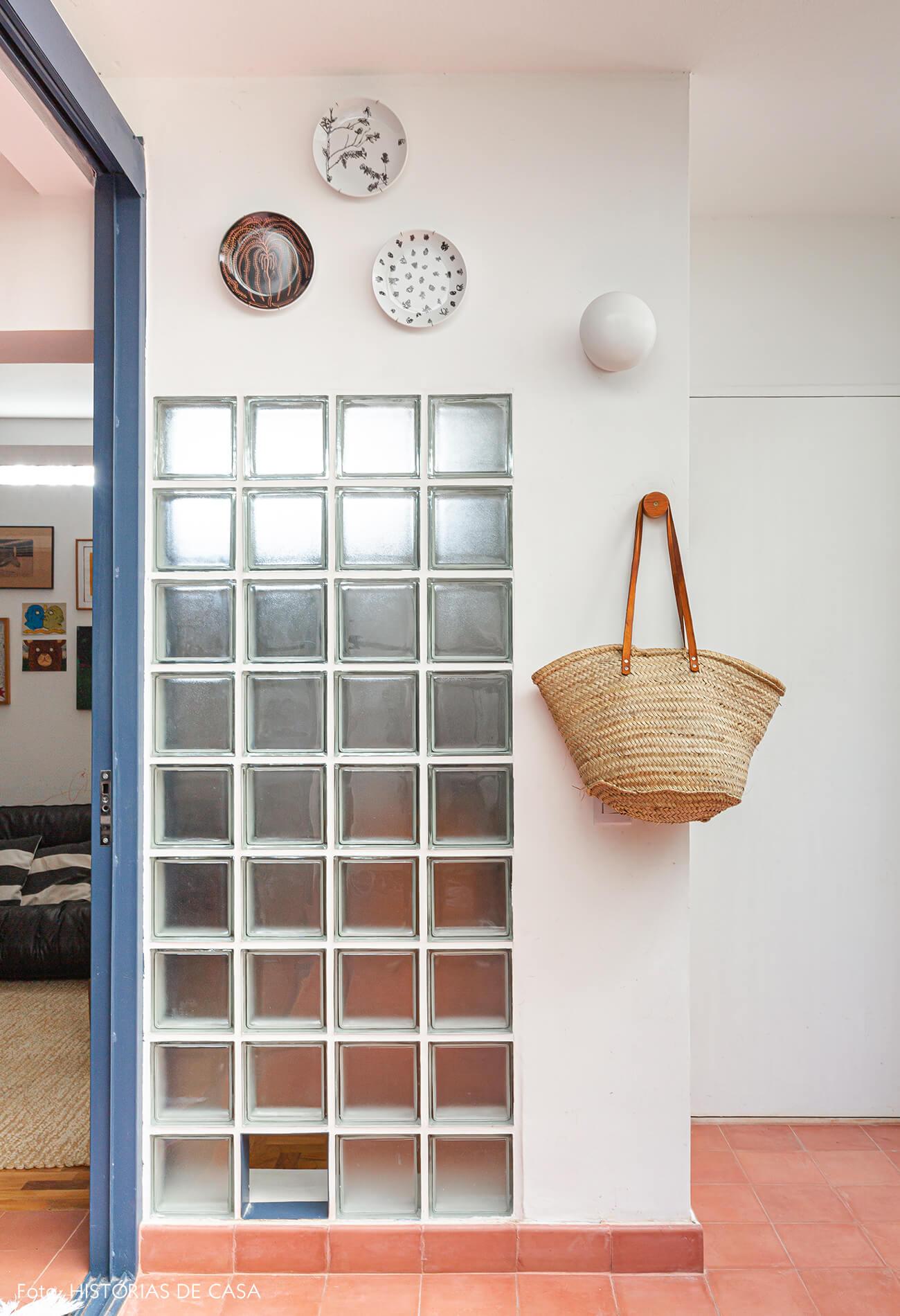 Apartamento térreo com jardim e blocos de vidro