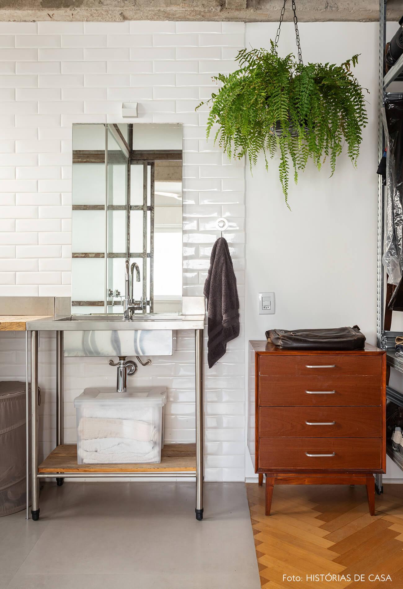 Banheiro com estilo industrial e bancada de inox